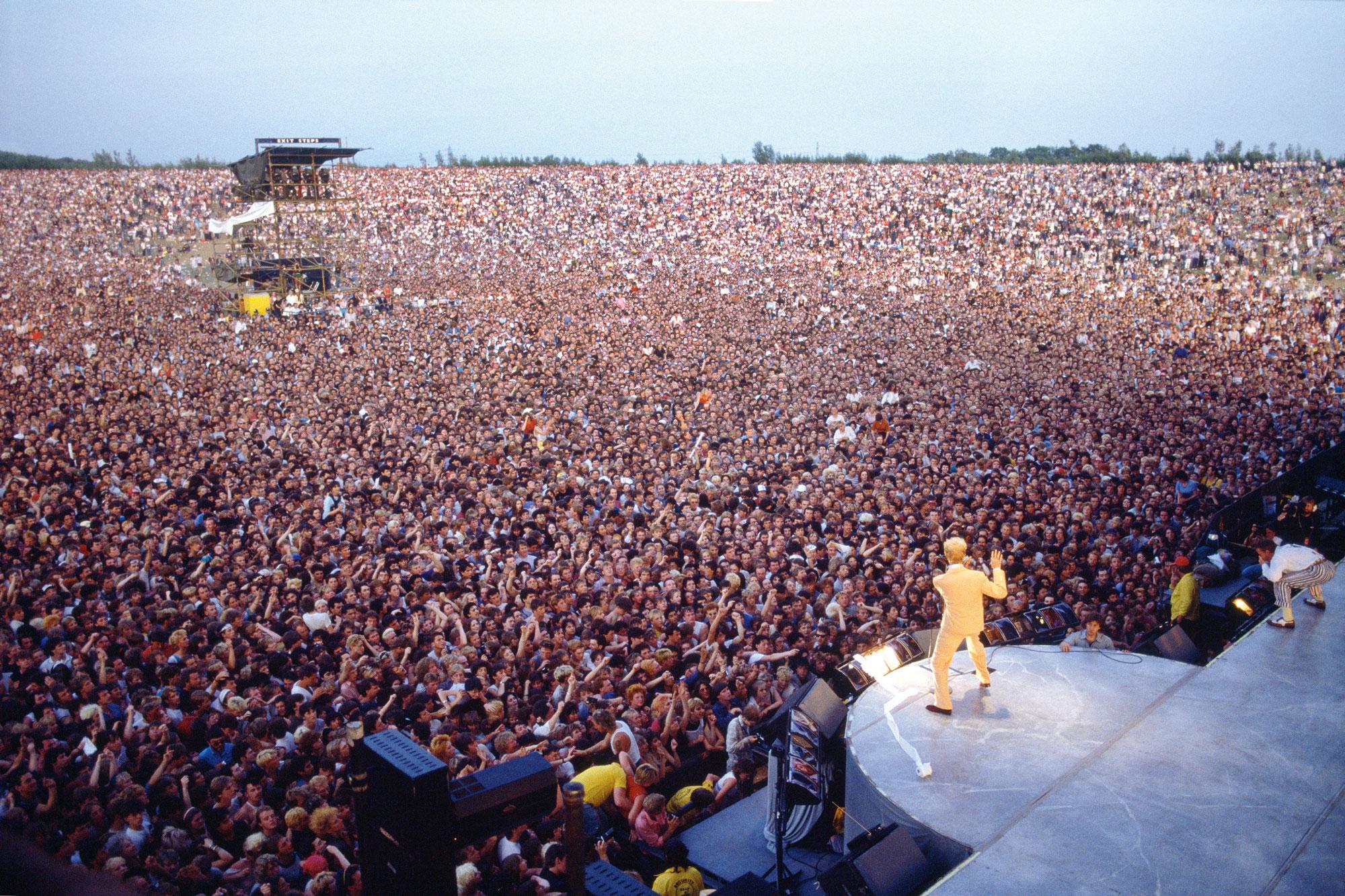 Боуи выступает нафестивале Milton Keynes Bowl вВеликобритании, 1983