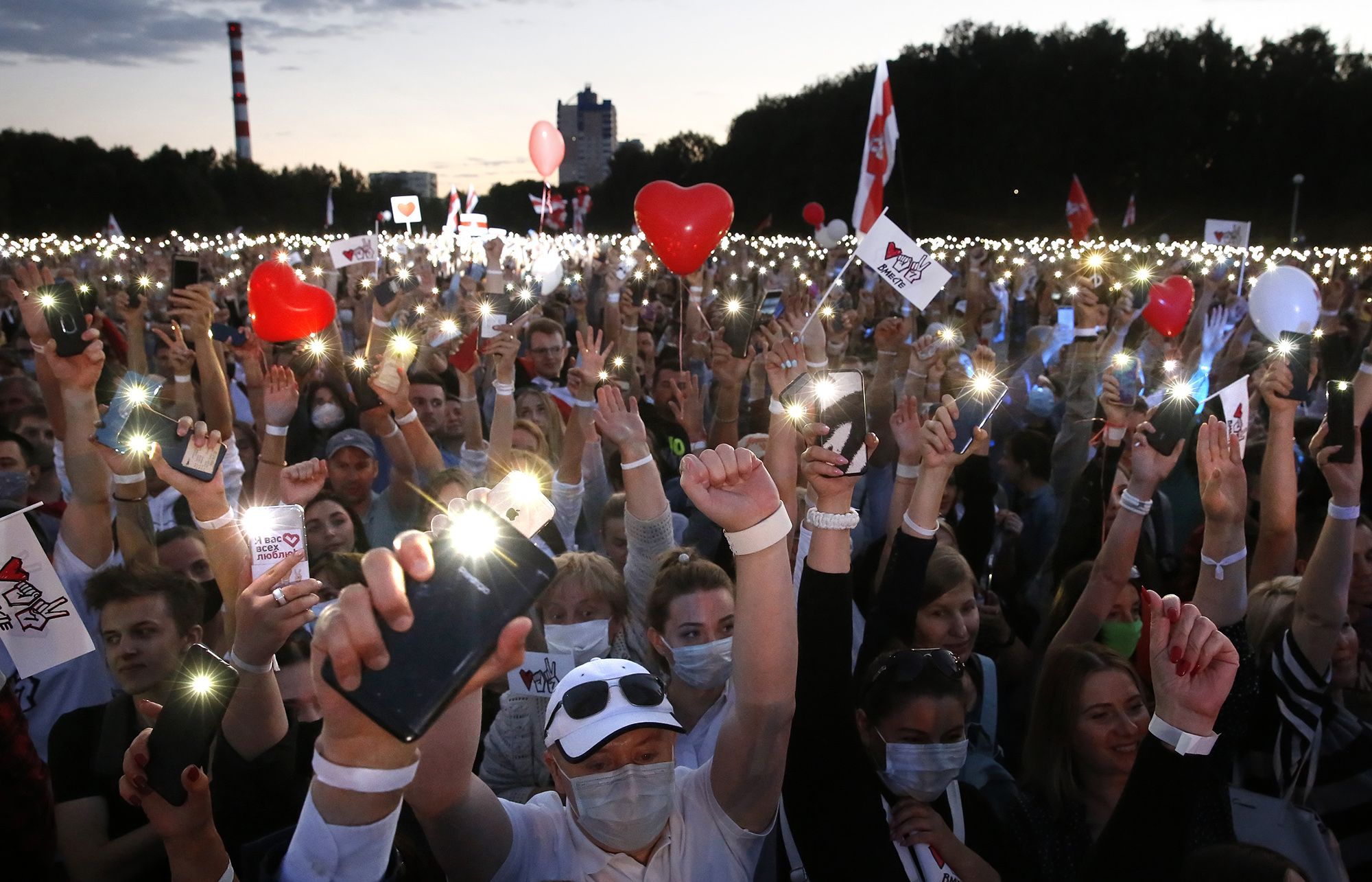 People attend a campaign rally of Belarusian opposition presidential candidate Svetlana Tikhanovskaya in Minsk, Belarus, 30 July 2020. The presidential election in Belarus is scheduled to take place on 09 August 2020. КРЕДИТ