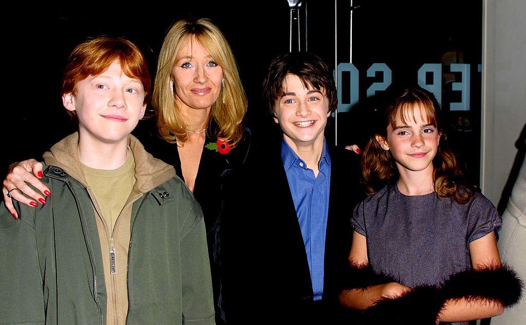 Джоан Роулинг, Дэниел Редклифф, Руперт Гринт иЭмма Уотсон напремьере первого фильма оГарри Поттере вЛондоне, 4 ноября 2011 года