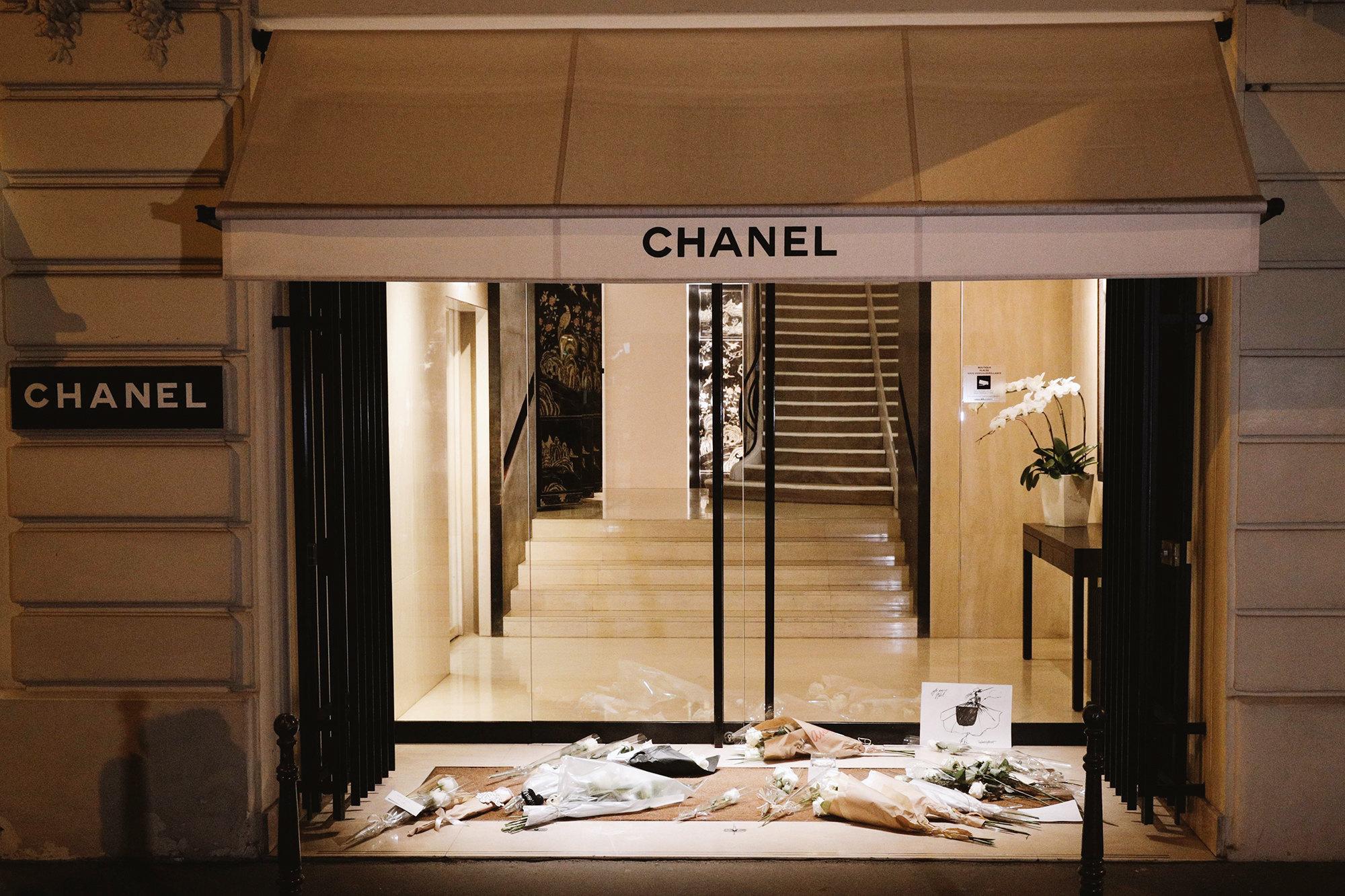 Цветы убутика Chanel вПариже впамять одизайнере Карле Лагерфельде, который скончался 19 февраля ввозрасте 85 лет. Лагерфельд был креативным директором модного дома с1982 года.