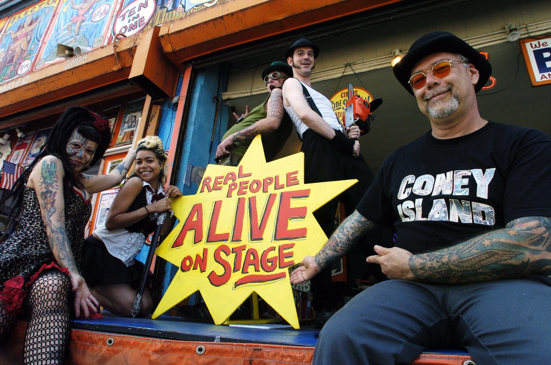 Дик Зиган (справа), основатель Coney Island Circus Sideshow, иартисты Инсектавора, Хезер Холидей, Рок Рокет иДаймонд Донни V