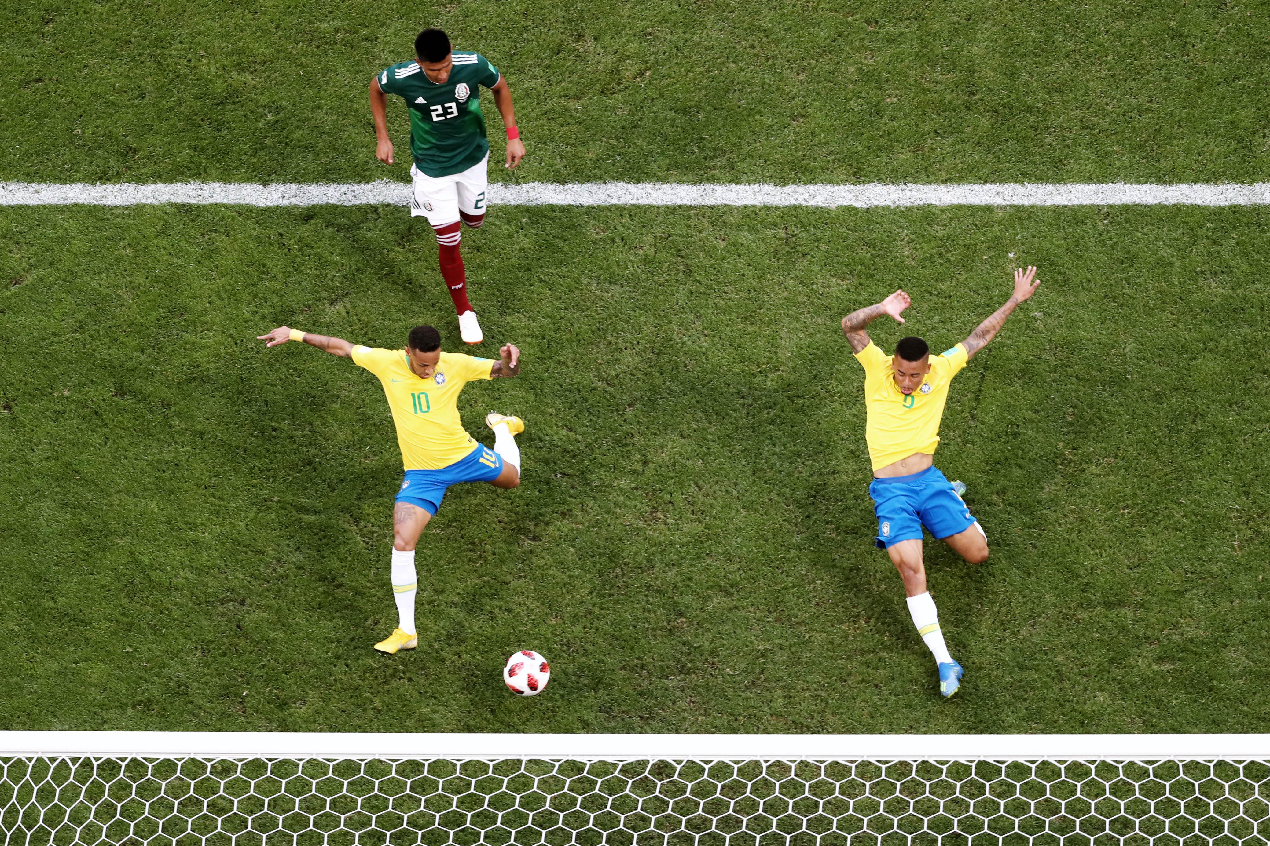 Неймар забивает гол вворота Мексики в1/8 финала чемпионата мира.