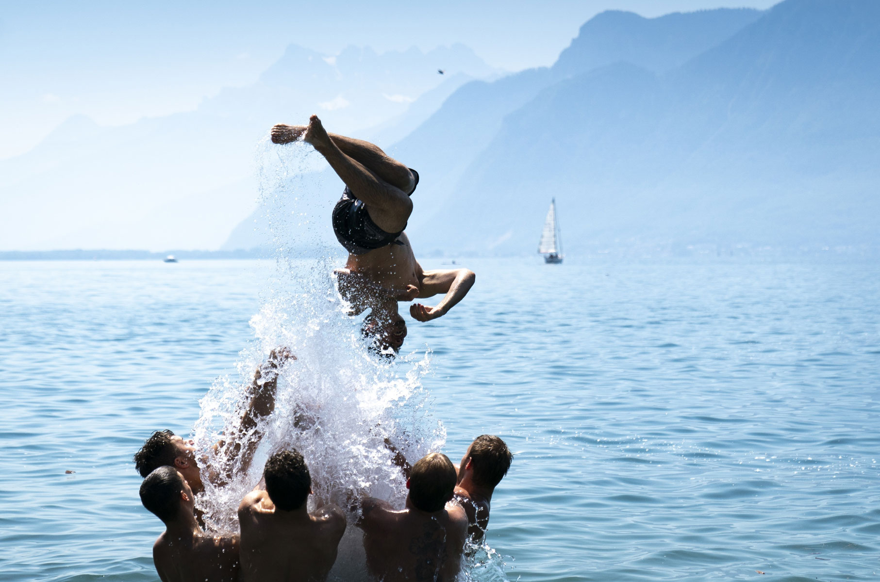 Участники фестиваля виноделов проводят время наЖеневском озереExtras of the