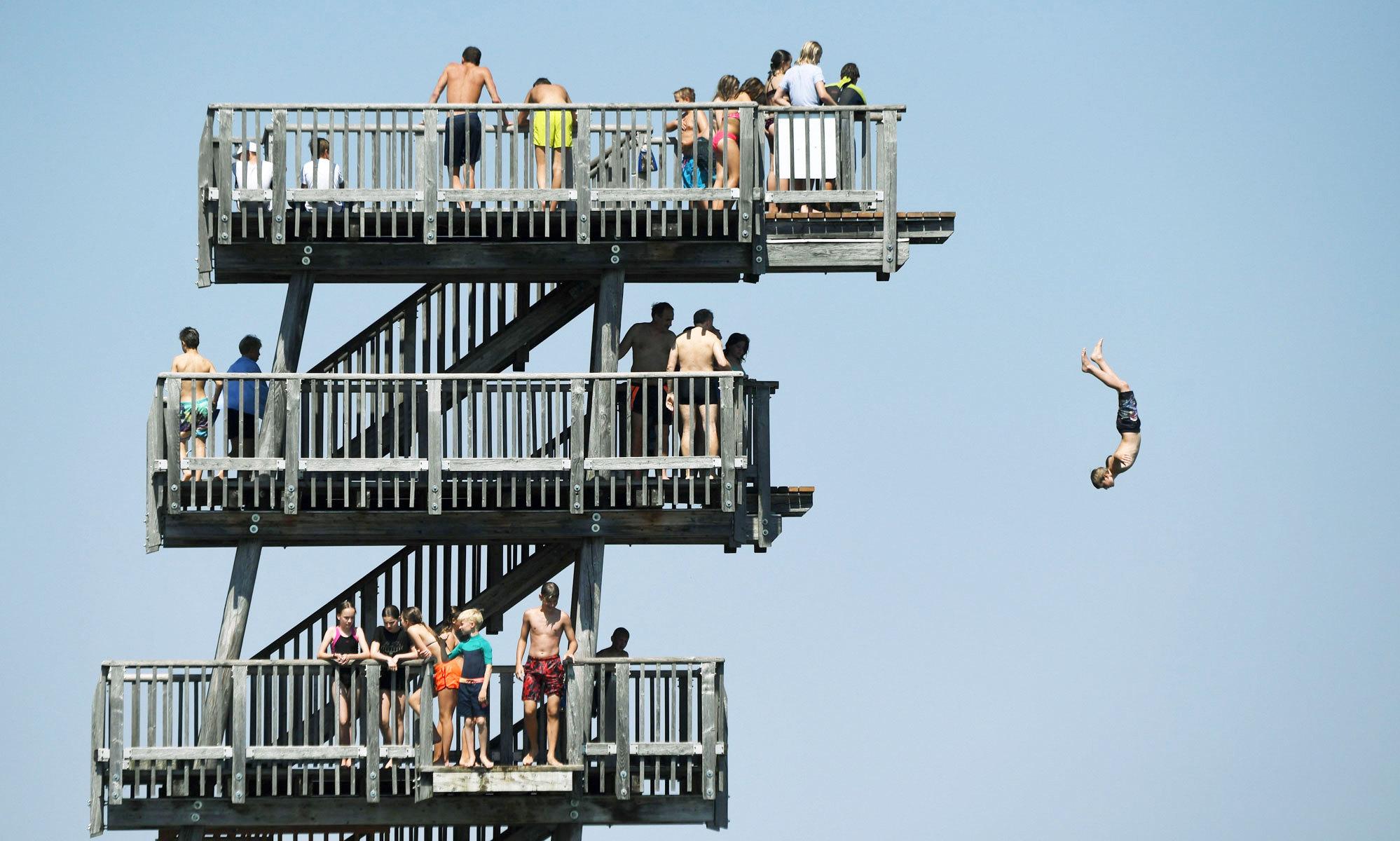 Люди ныряют возеро Аммерзе, Германия
