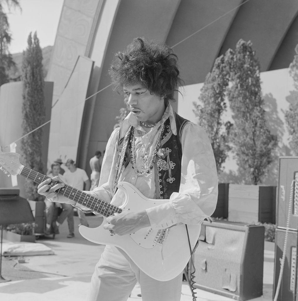 Джими Хендрикс играет наэлектрогитаре Fender Stratocaster во время саундчека дляего выступления вHollywood Bowl 18 августа 1967 года вЛос-Анджелесе, штат Калифорния