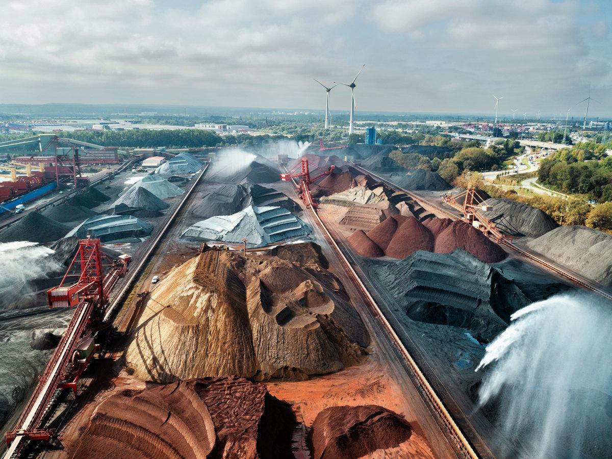 Гамбург, Германия Черезгавань Ганзапорт Германия получает уголь ижелезную руду. Транспортные корабли разгружают припомощи четырех исполинских кранов. Отсюда уголь ируду пожелезной дороге ипо рекам отправляют насталелитейные заводы повсей стране. Каждый год Ганзапорт принимает понесколько миллионов тонн груза; большая часть процессов вгавани автоматизирована.