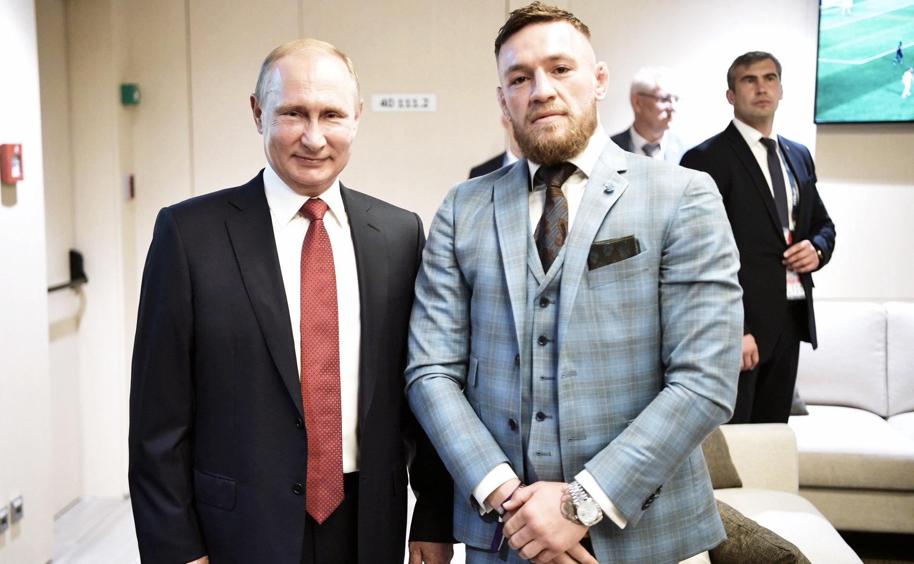 В перерыве финального матча чемпионата мира пофутболу Владимир Путин пообщался сгостями турнира. Сбойцом смешанных единоборств ирландцем Конором Макгрегором