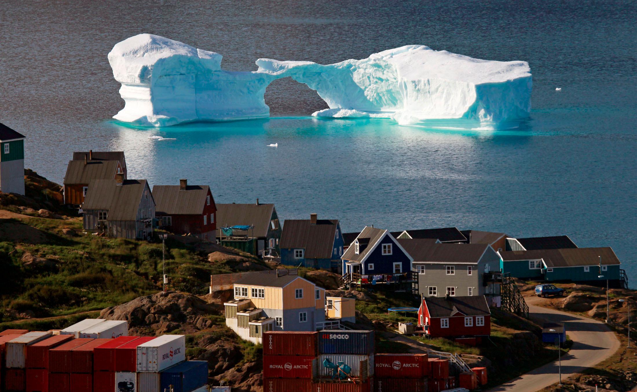 Айсберг возле гавани вгороде Кулусук, восточная Гренландия 1 августа 2009 года