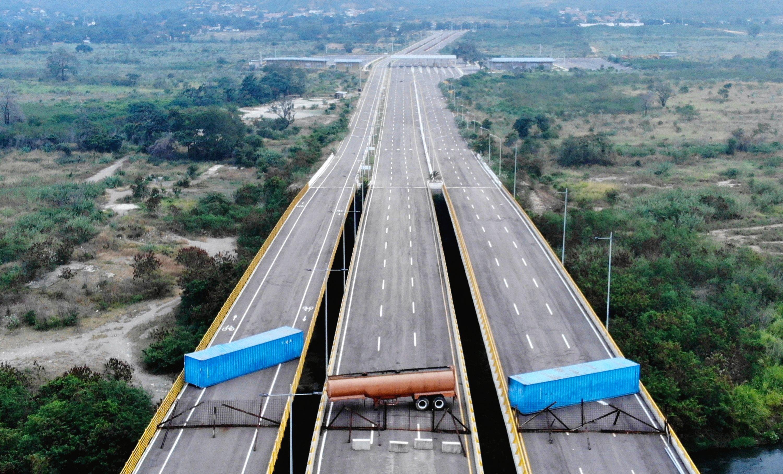 Вооруженные силы Венесуэлы перекрыли мост Tienditа, граничащий сКолумбией, чтобы недопустить доставку гуманитарной помощи изСША. Оготовности принять помощь заявил оппозиционный политик Хуан Гуайдо, объявивший себя исполняющим обязанности президента. Президент Венесуэлы Николас Мадуро считает его планы