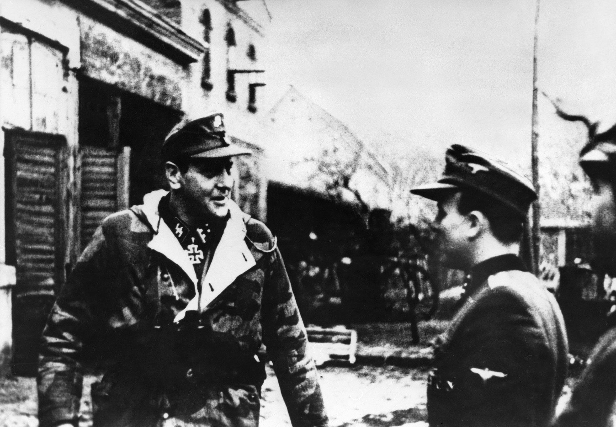 Офицер СС вкачестве оберштурмбаннфюрера (слева) икомандир дивизии «Шведт» впоследнем Одербрюккенкопфе вШведте наОдере, февраль 1945 г