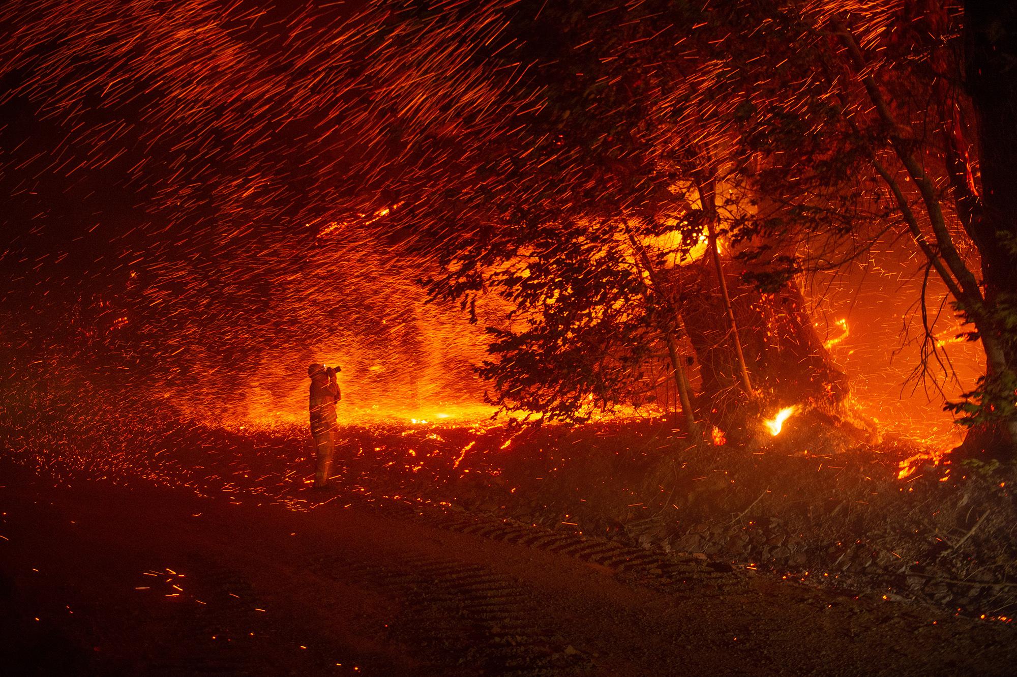 Фотограф запечатлел дождь изуглей во время пожара «Кинкейд» возле Гейсервилла, штат Калифорния, 24 октября 2019.