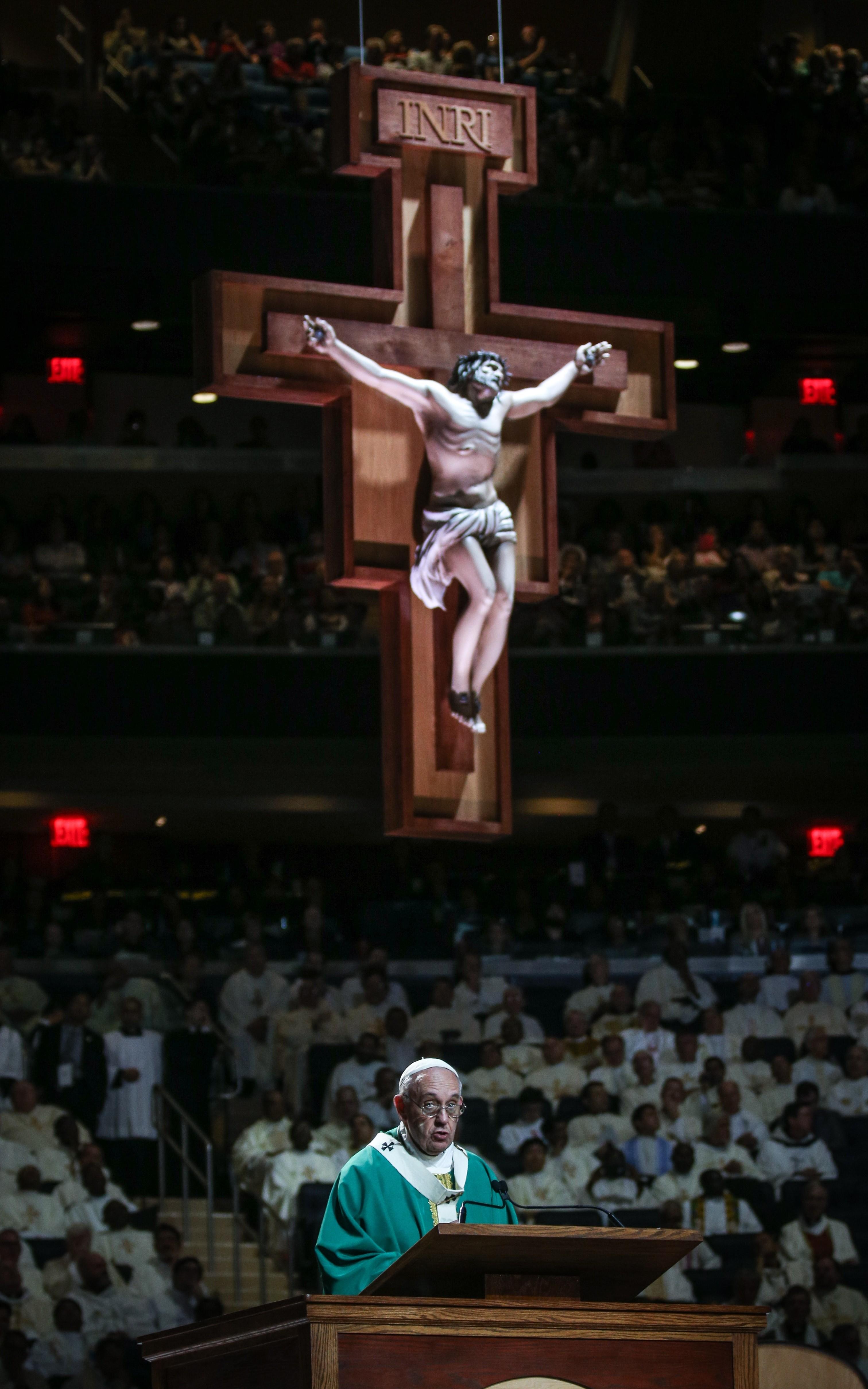 Огромное распятие, висевшее позади понтифика во время его выступления, было создано вмастерских Tait — конструкция так понравилась папе, что он попросил разрешения забрать ее ссобой вВатикан