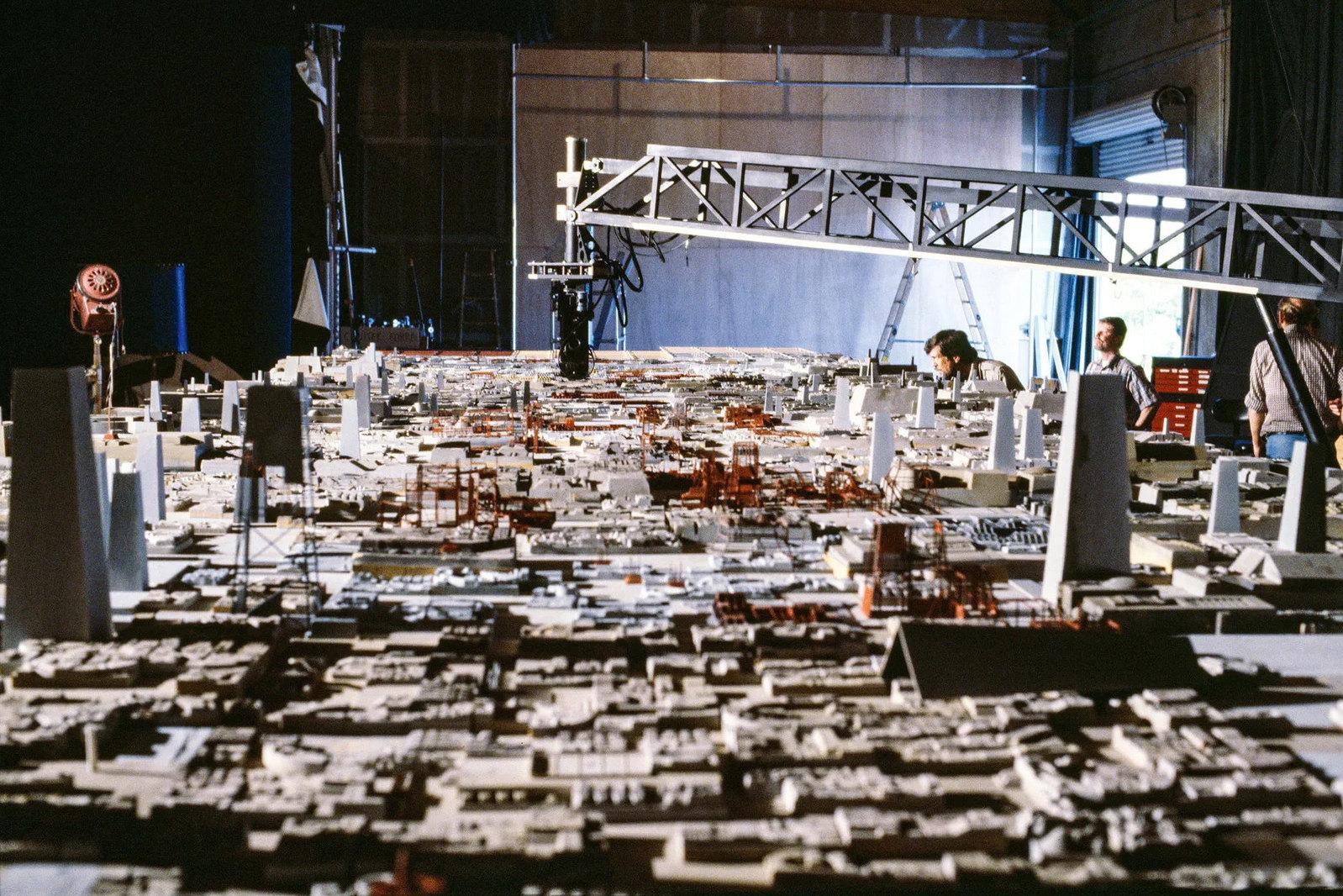 «Возвращение джедая» (1983): поверхность Звезды смерти снимают накамеру Dykstraflex, закоторой присматривают Ричард Эдлунд (на фото он сидит слева) иоператор поспецэффектам Билл Нил.