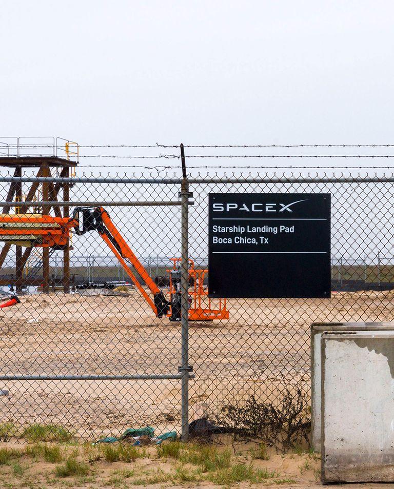 SpaceX установили забор, чтобы совладать сизлишне любопытными зеваками. Но стартовая площадка все равно находится прямо удороги