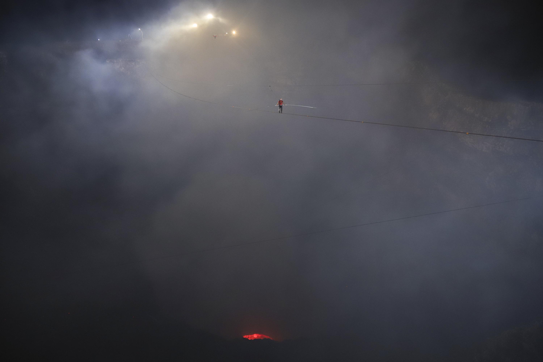 канатоходец Ник Валленда прошелся потросу навысоте 550 метров наджерлом активного вулкана Масая вНикарагуа.