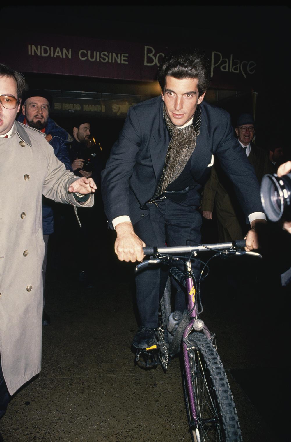 Джон Ф. Кеннеди-младший едет навелосипеде сквозь толпу папарацци