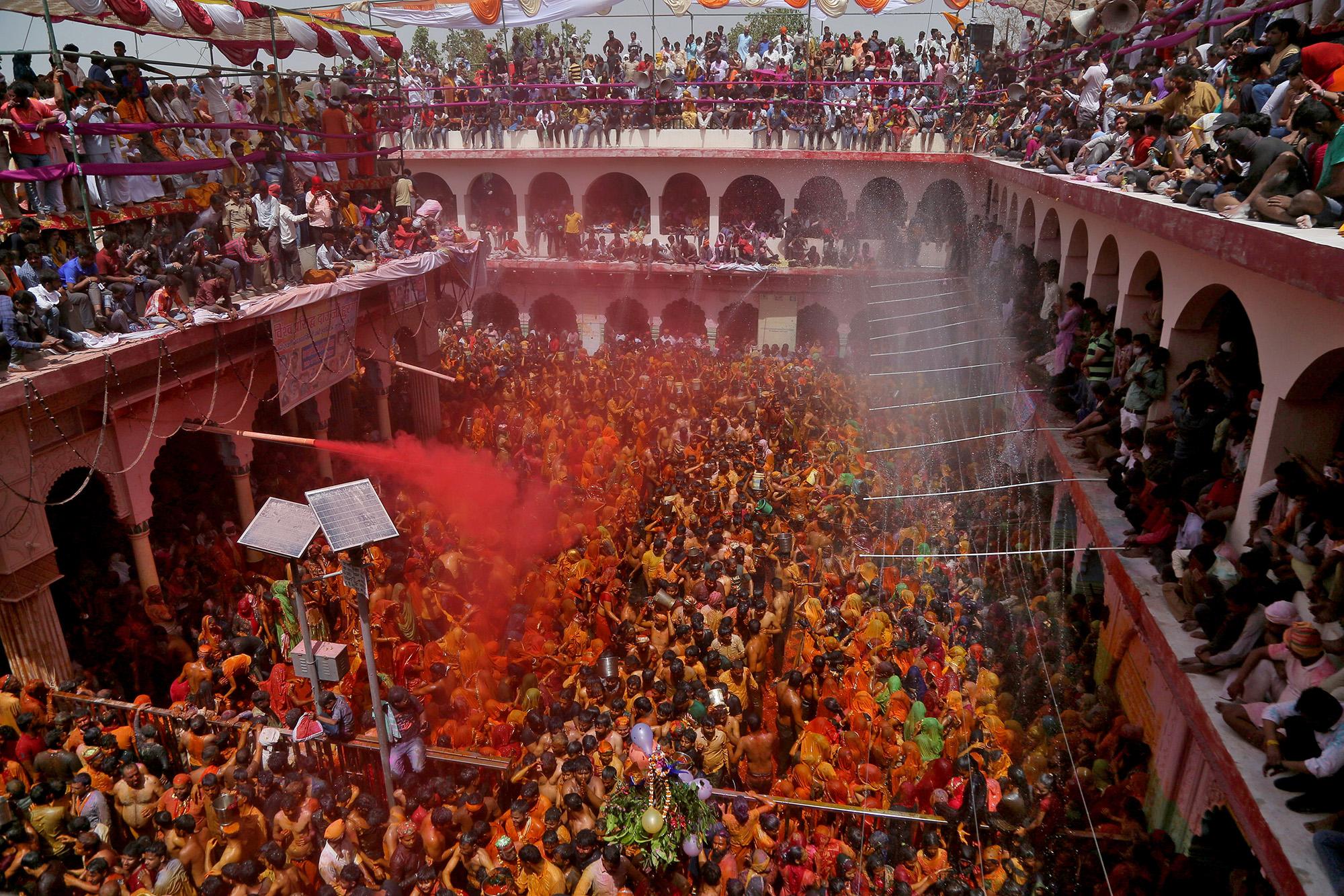 30 марта 2021 года, индуисты участвуют в«Хуранге», ритуальной игре между мужчинами иженщинами после фестиваля красок холи вхраме Дауджи вблизи города Матхура насевере Индии. Входе празднества женщины срывают смужчин одежды ипобивают их. Игры незаканчиваются, пока надхрамом неподнимут флаг