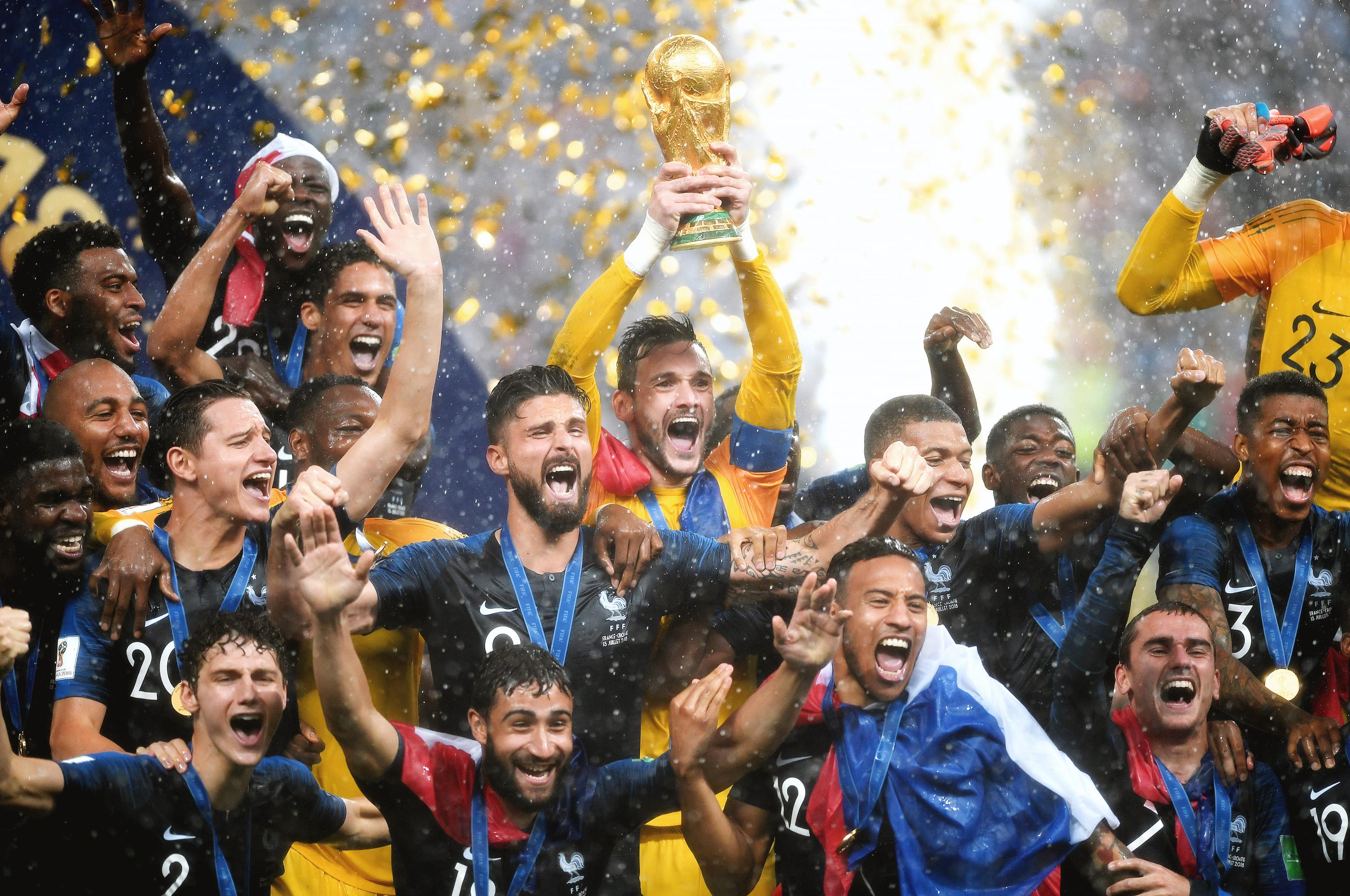 Сборная Франции празднует победу надХорватией вфинале чемпионата мира.