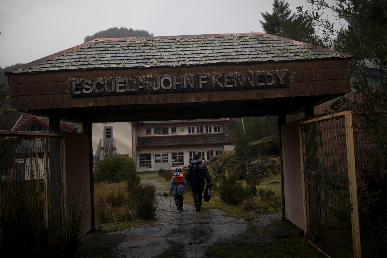 Карлос Герреро привел сына Диего прибывают вшколу имени Джона Ф. Кеннеди вдеревне Сотомо, недалеко отгорода Кочамо, регион Лос-Лагос, Чили, 6 августа 2021 года.