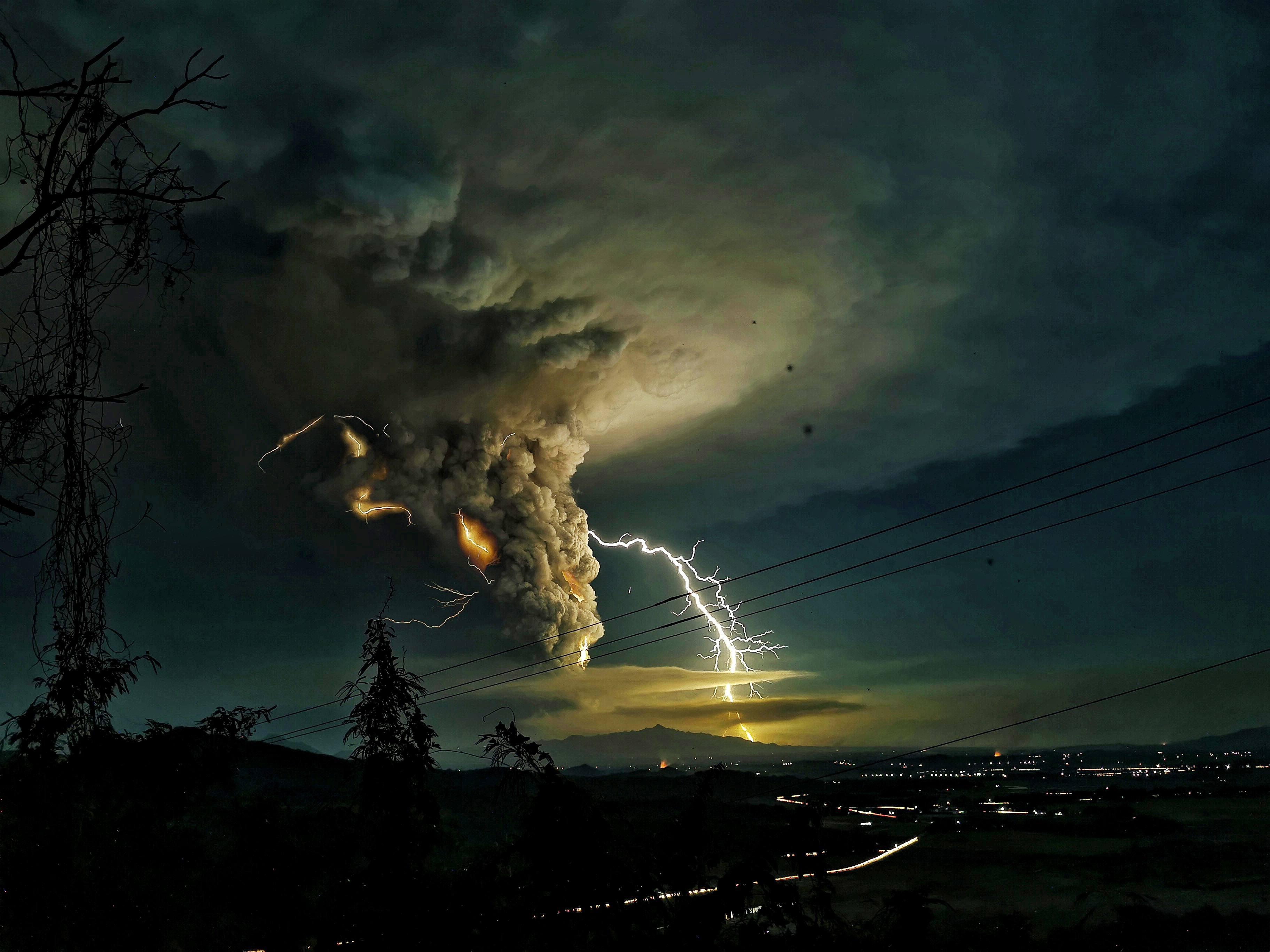 Молния надБатангасом во время извержения вулкана Таал. Все, кто находился вблизи главного кратера, а также жители близлежащих городов были эвакуированы всвязи сугрозой взрывов ивозможного выброса высококонцентрированных ядовитых вулканических газов.