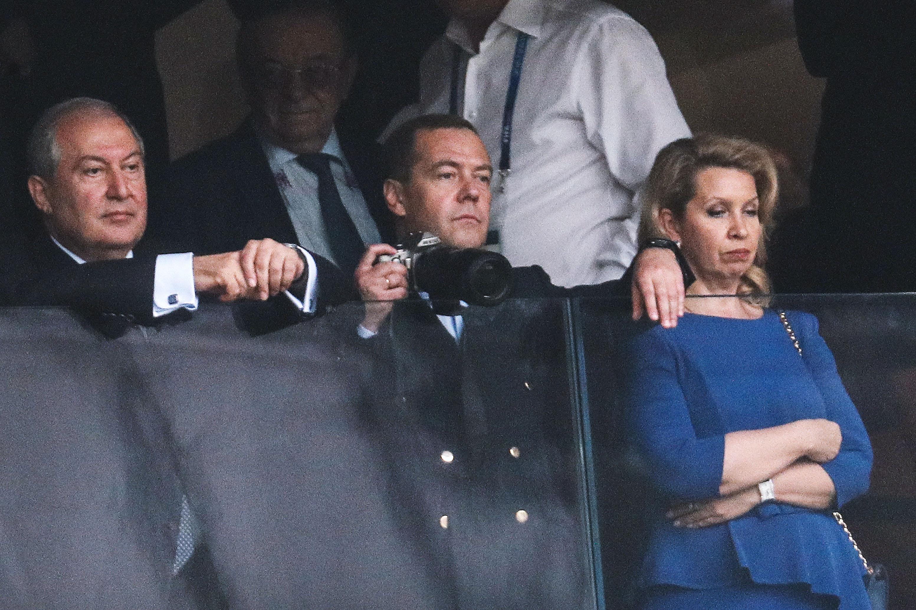 Президент Армении Армен Саркисян, премьер-министр РФ Дмитрий Медведев иего супруга Светлана (слева направо) нафинальном матче между командами Франции иХорватии