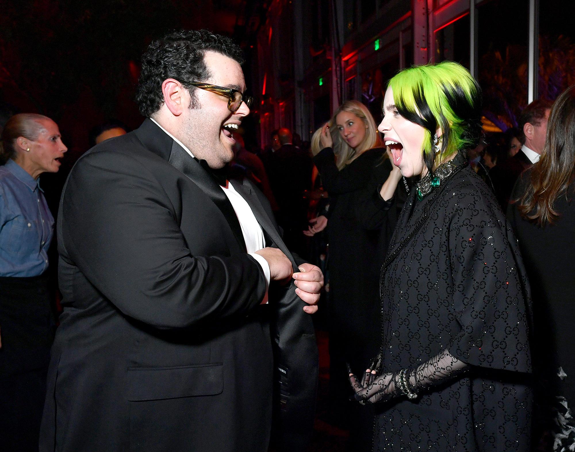 Актер Джош Гэд ипевица Билли Айлиш навечеринке Vanity Fair. Айлиш успела переодеться изкостюма Chanel, вкотором она пришла нацеремонию, вGucci.