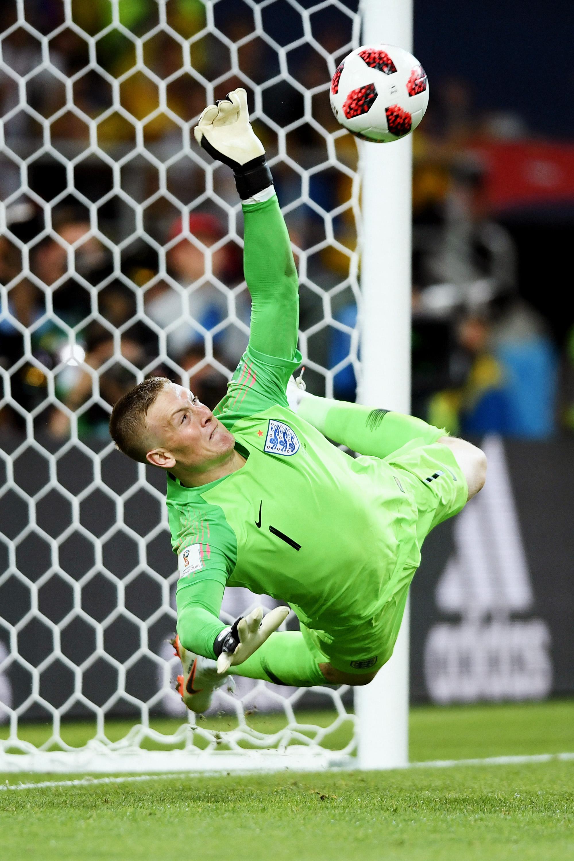 Английский вратарь Джордан Пикфорд отражает удар колумбийца Карлоса Бакки всерии пенальти ивыводит свою сборную вчетвертьфинал.