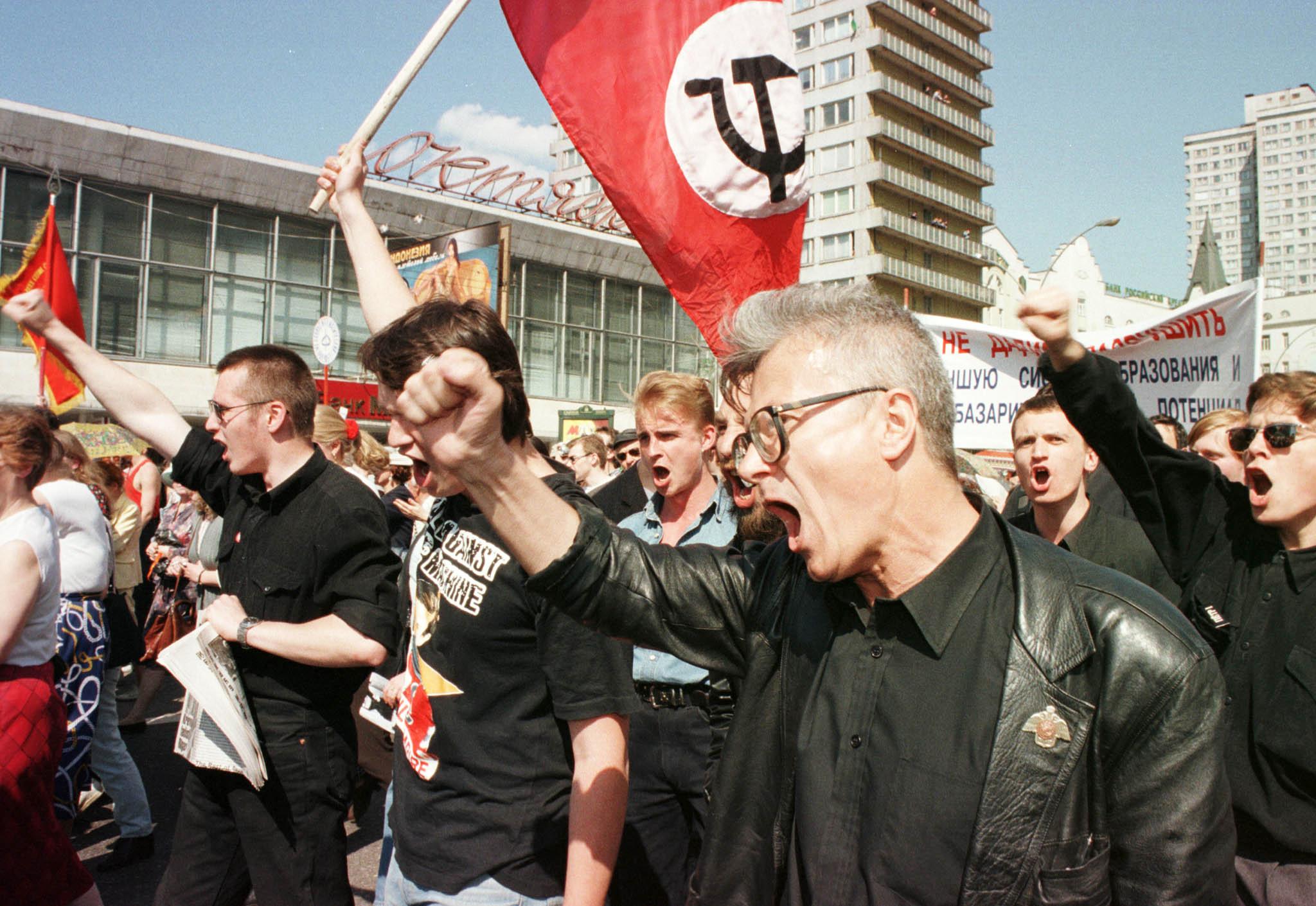 Эдуард Лимонов во время марша протеста вМоскве, 20 мая 1998 года. Тогда после падения рынков коммунисты потребовали отставки президента России Бориса Ельцина