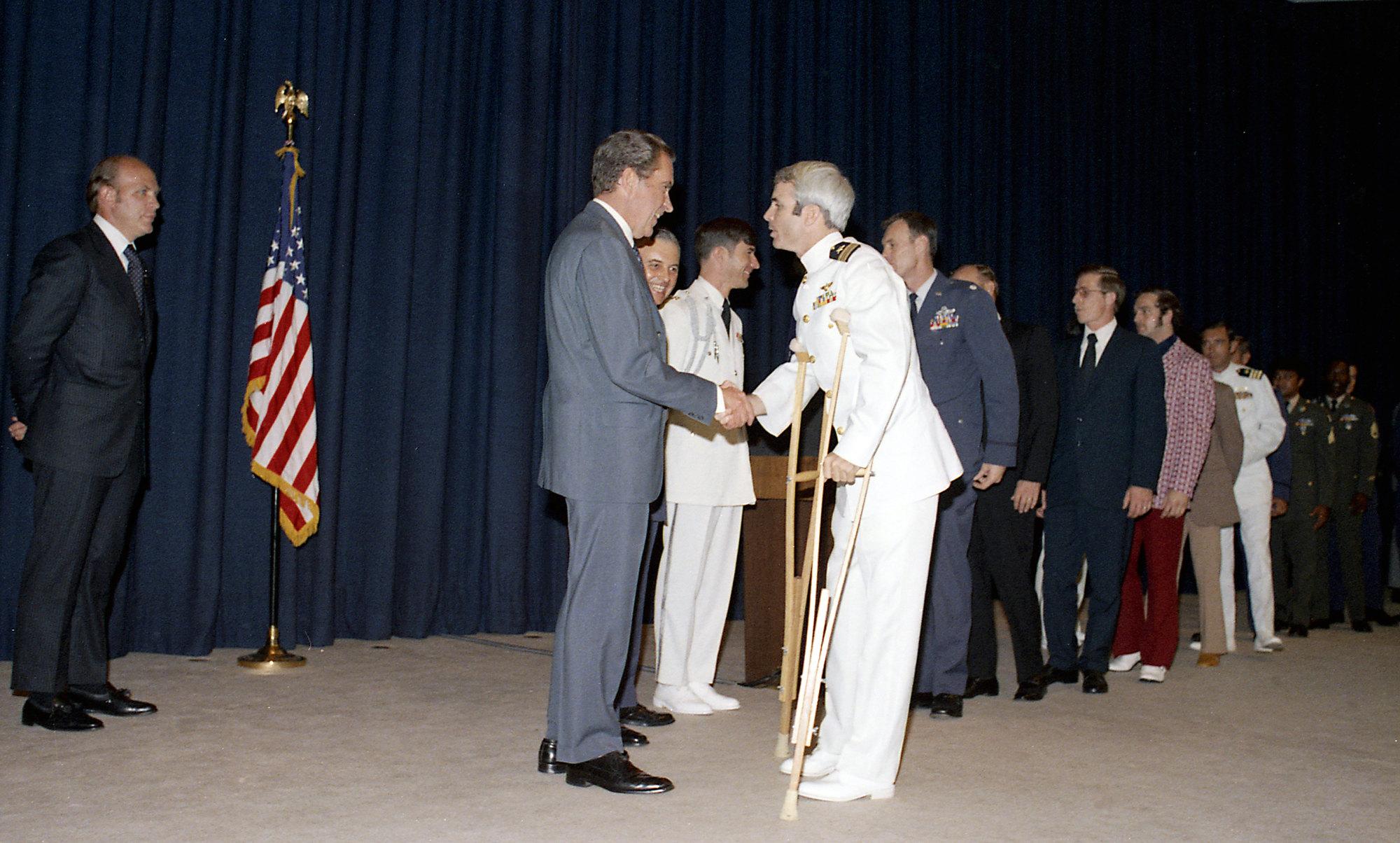 Президент США Ричард Никсон жмет руку бывшему военнопленному Джону Маккейну во время приема вБелом доме вмае 1973 года, черезпару месяцев после освобождения будущего сенатора изплена.