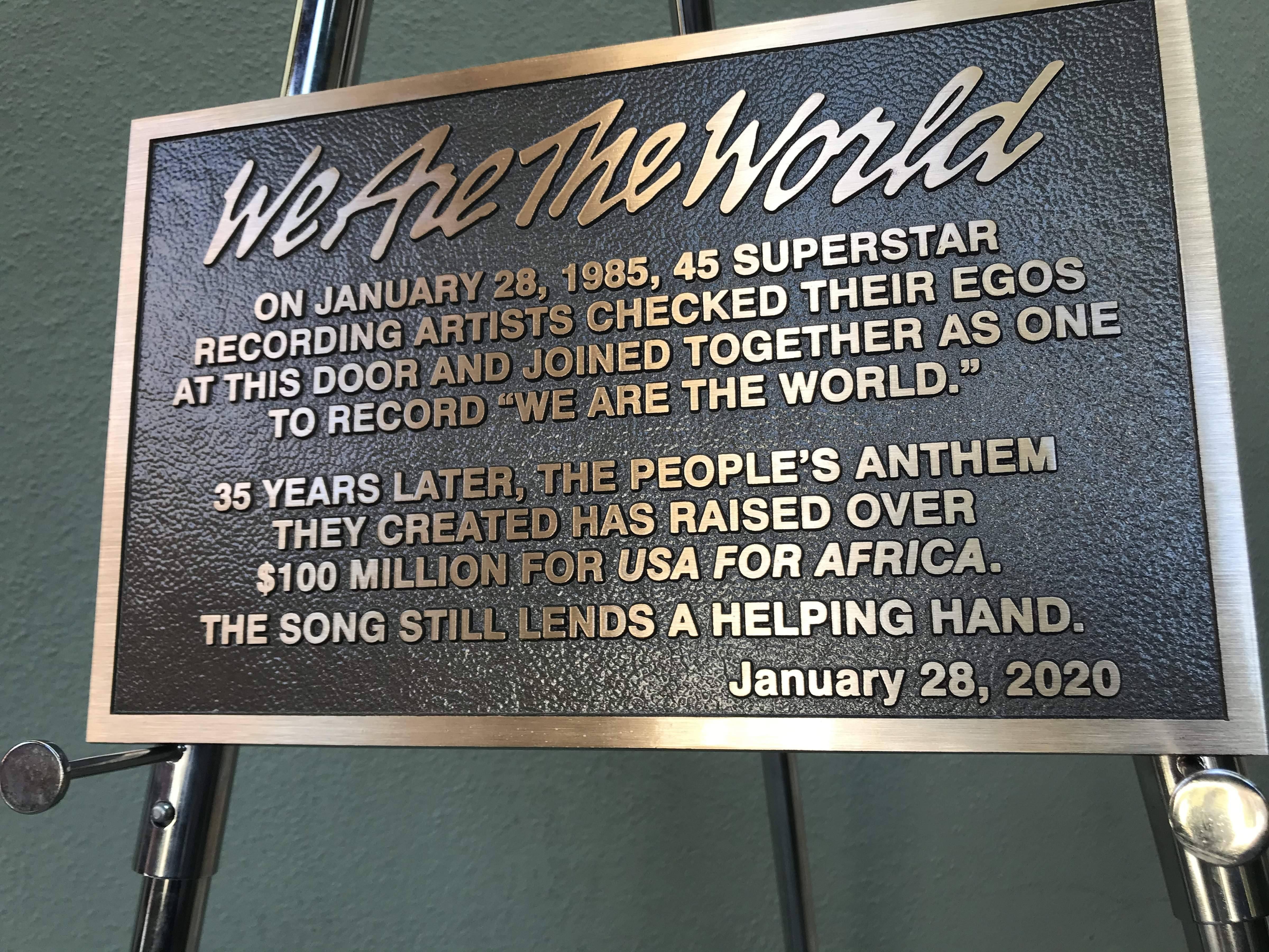 Памятная табличка, установленная к35-летию записи песни We Are The World вГолливуде, январь 2020