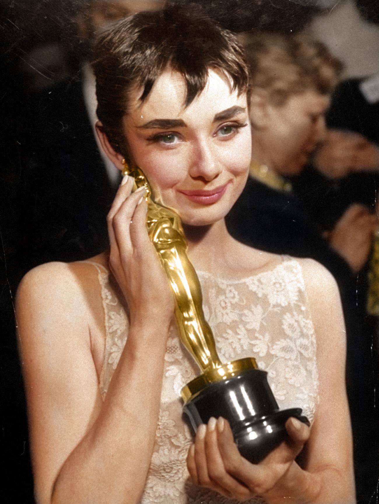 Одри Хепберн только что получила премию Оскар.