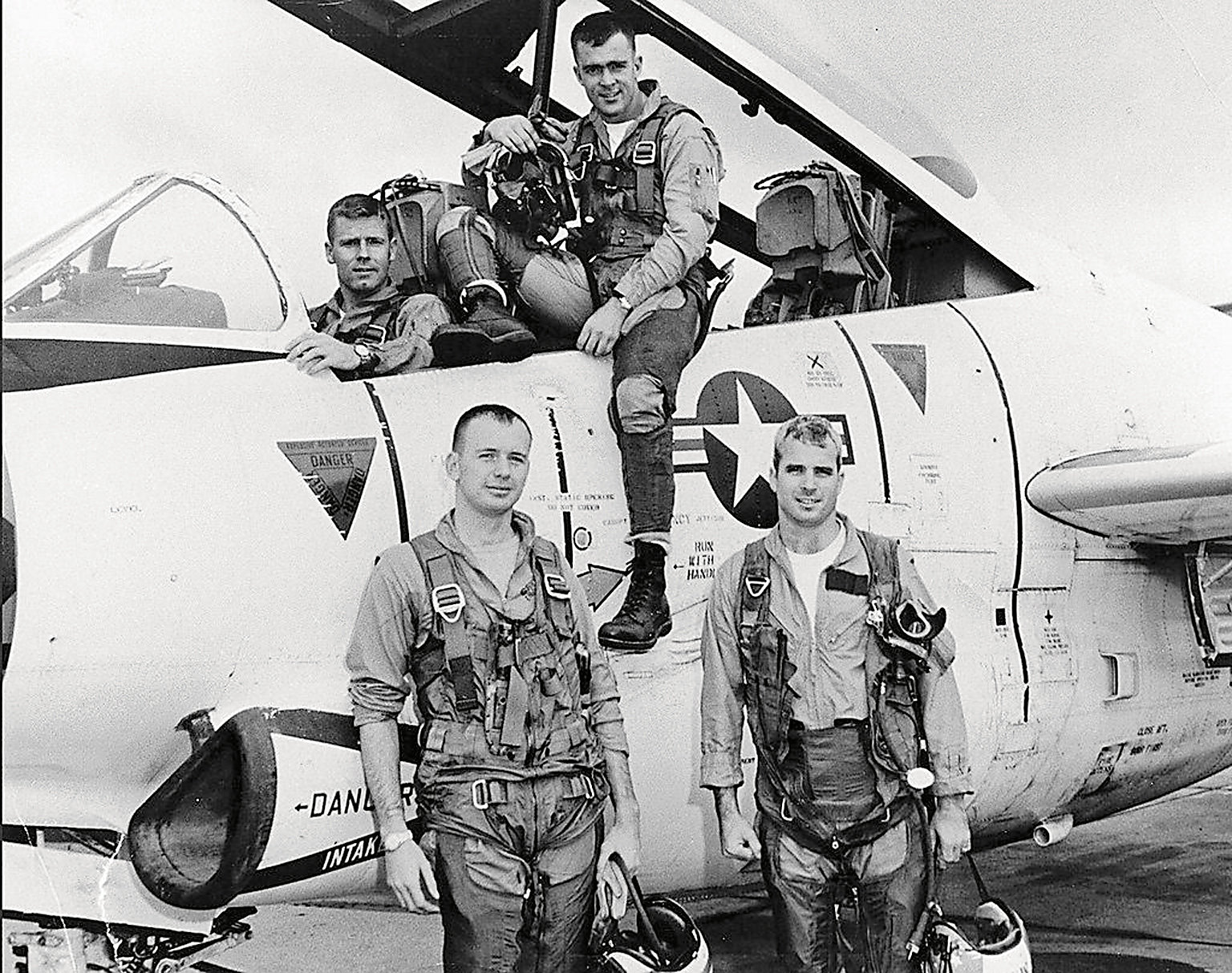 После того как воктябре 1967 года его штурмовик «Дуглас» А-4 был сбит надСеверным Вьетнамом, Маккейна (справа спереди) пять споловиной лет удерживали вплену.