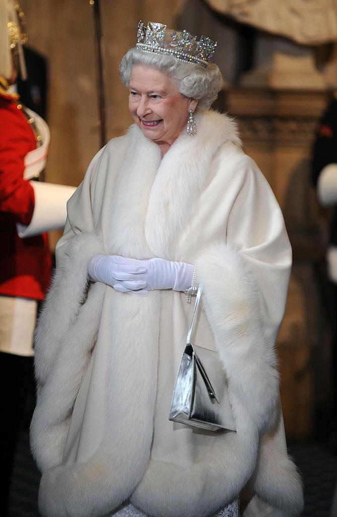 Елизавета II вмеховом наряде нацеремонии открытия парламента вдекабре 2008 года