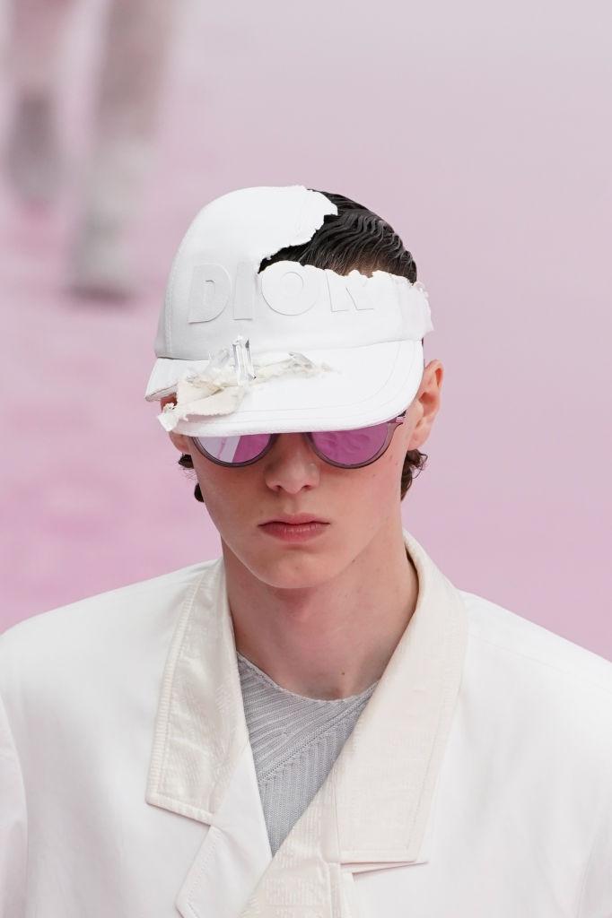 Dior Homme весна-лето 2020, бейсболка изколлаборации сДэниелом Аршамом
