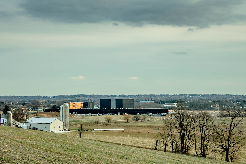 96 акров, которые занимает Rock Lititz, были переквалицифированы властями изсельскохозяйственной земли впромышленную, прежде чем началось строительство. Витоге все постройки окружены фермами стрех сторон.
