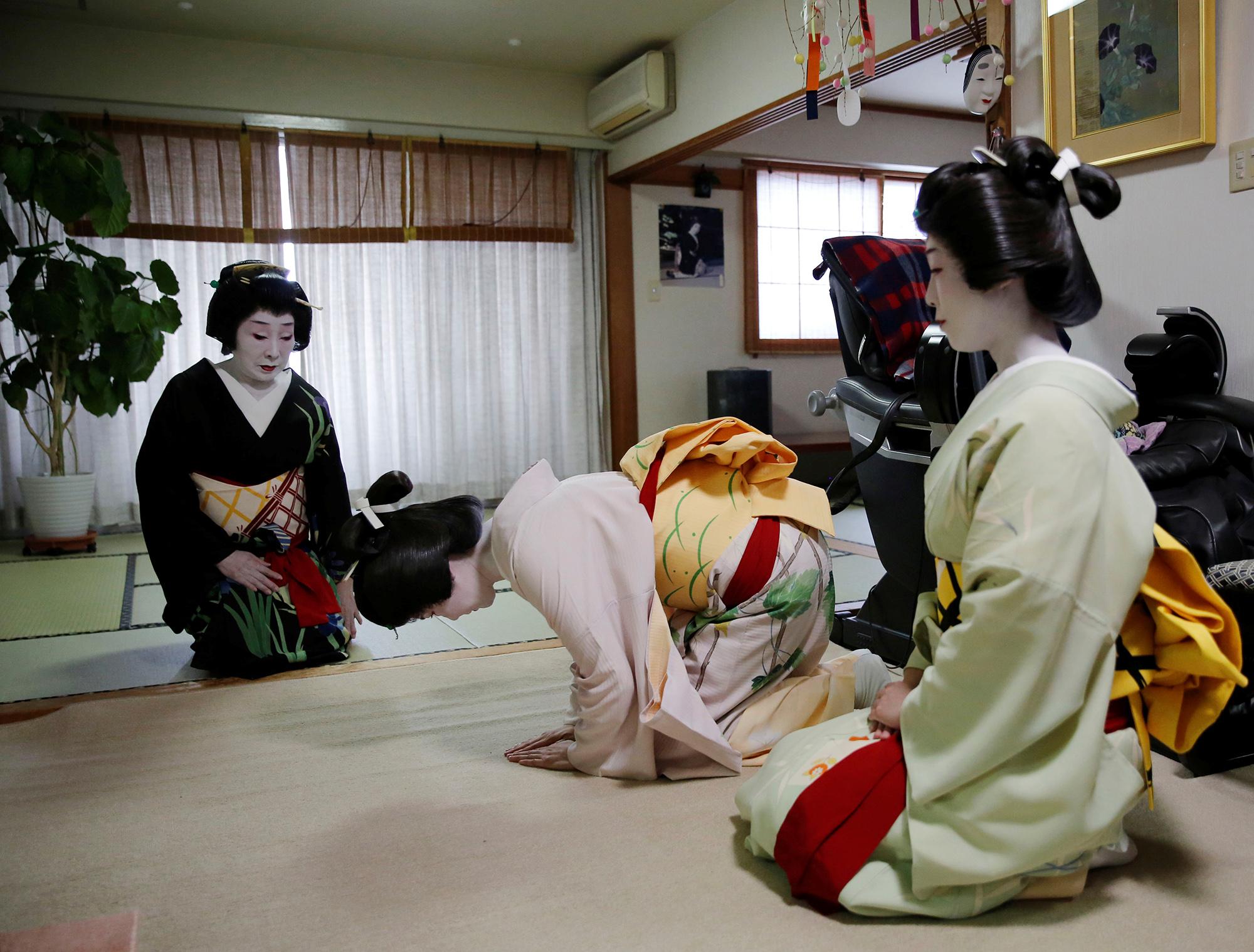 Маю иМаки кланяются главной гейше Икуко.