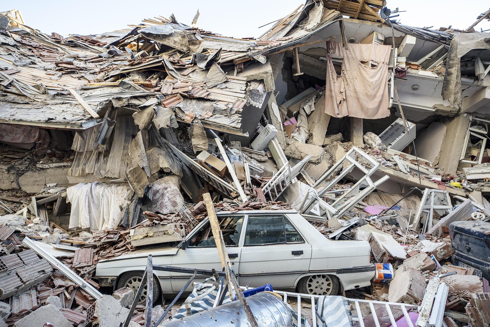 25 января: застрявший вобломках автомобиль после землятресения, сотрясшего провинцию Элязыг навостоке Турции. Погибли, поменьшей мере, 20 человек, еще больше 1000 человек были ранены.