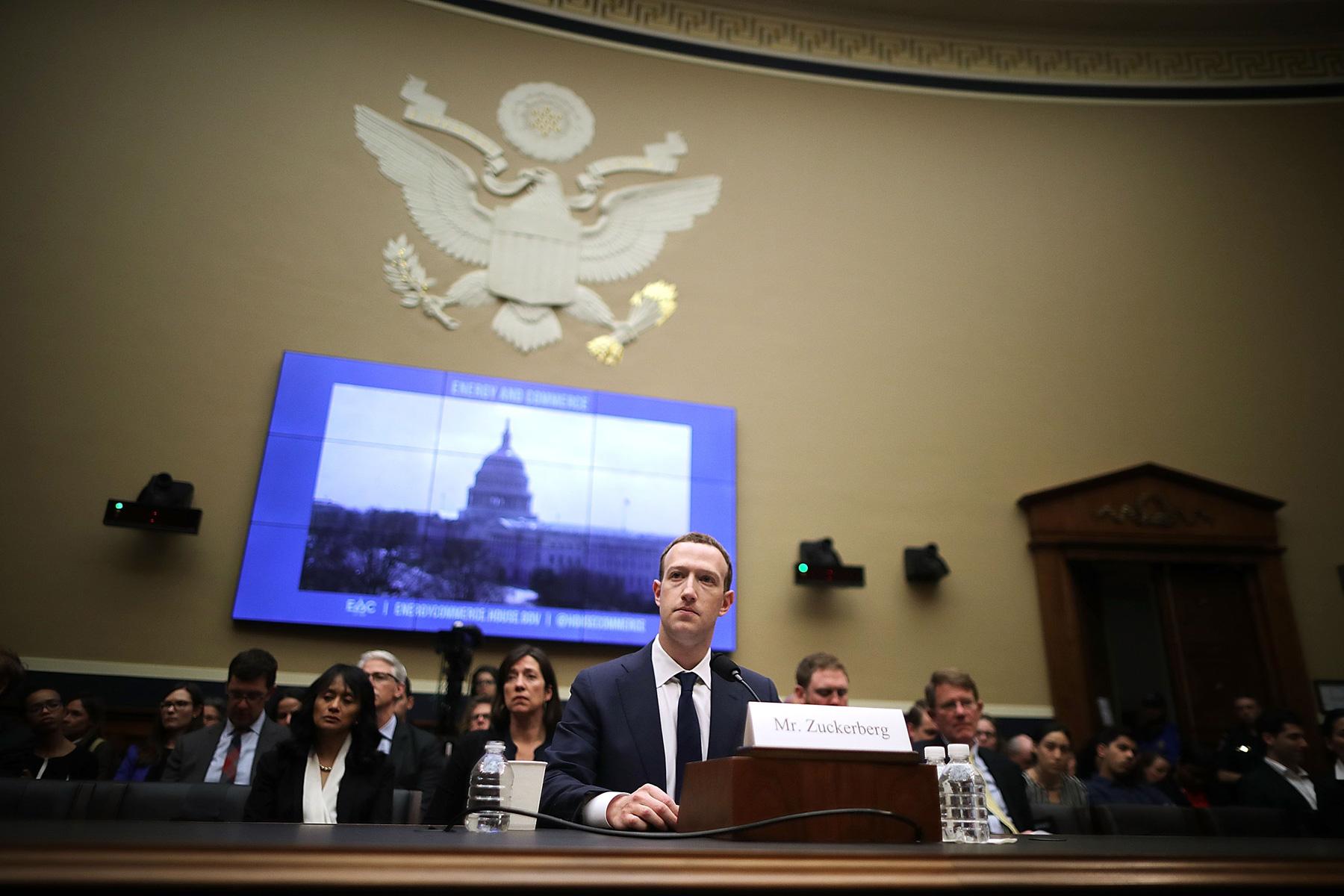 Основатель Facebook Марк Цукерберг дает показания вСенате США в