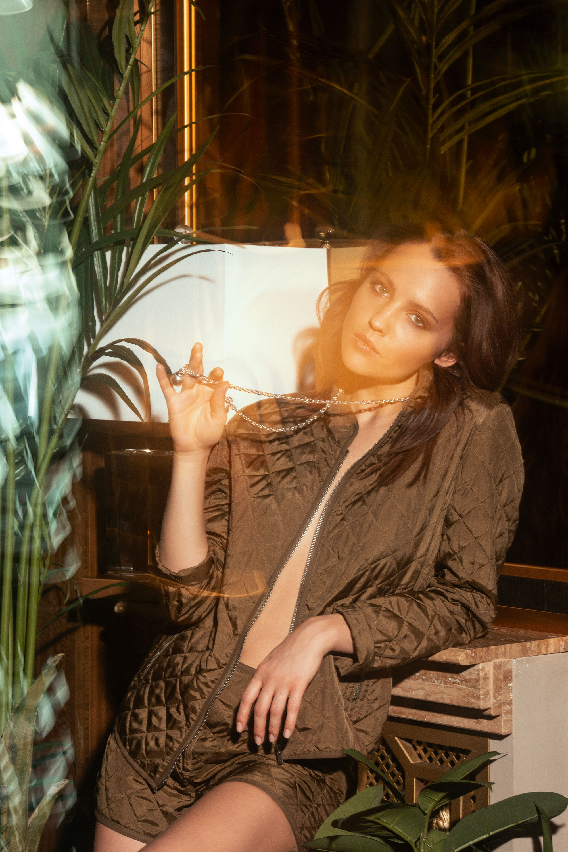 Куртка ишорты Dior;  колье Tiffany HardWear, Tiffany & Co