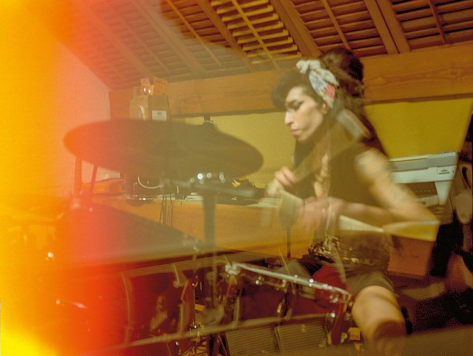 Эми Уайнхаус проводила много времени заигрой намузыкальных инструментах всвоей квартире вProwse Place влондонском Камдене, 2008 год