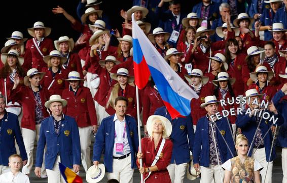 Знаменосец сборной России Мария Шарапова нацеремонии открытия Игр вЛондоне.