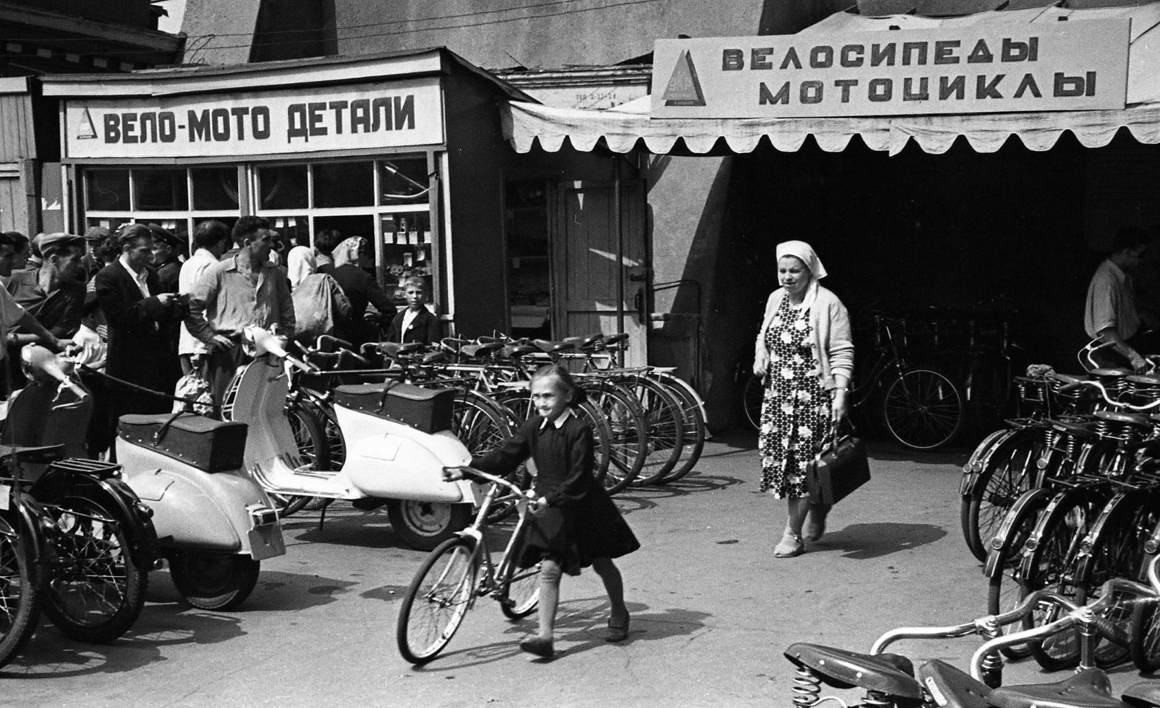 Всеволод Тарасевич. Женщина идевочка свелосипедом. 1958.
