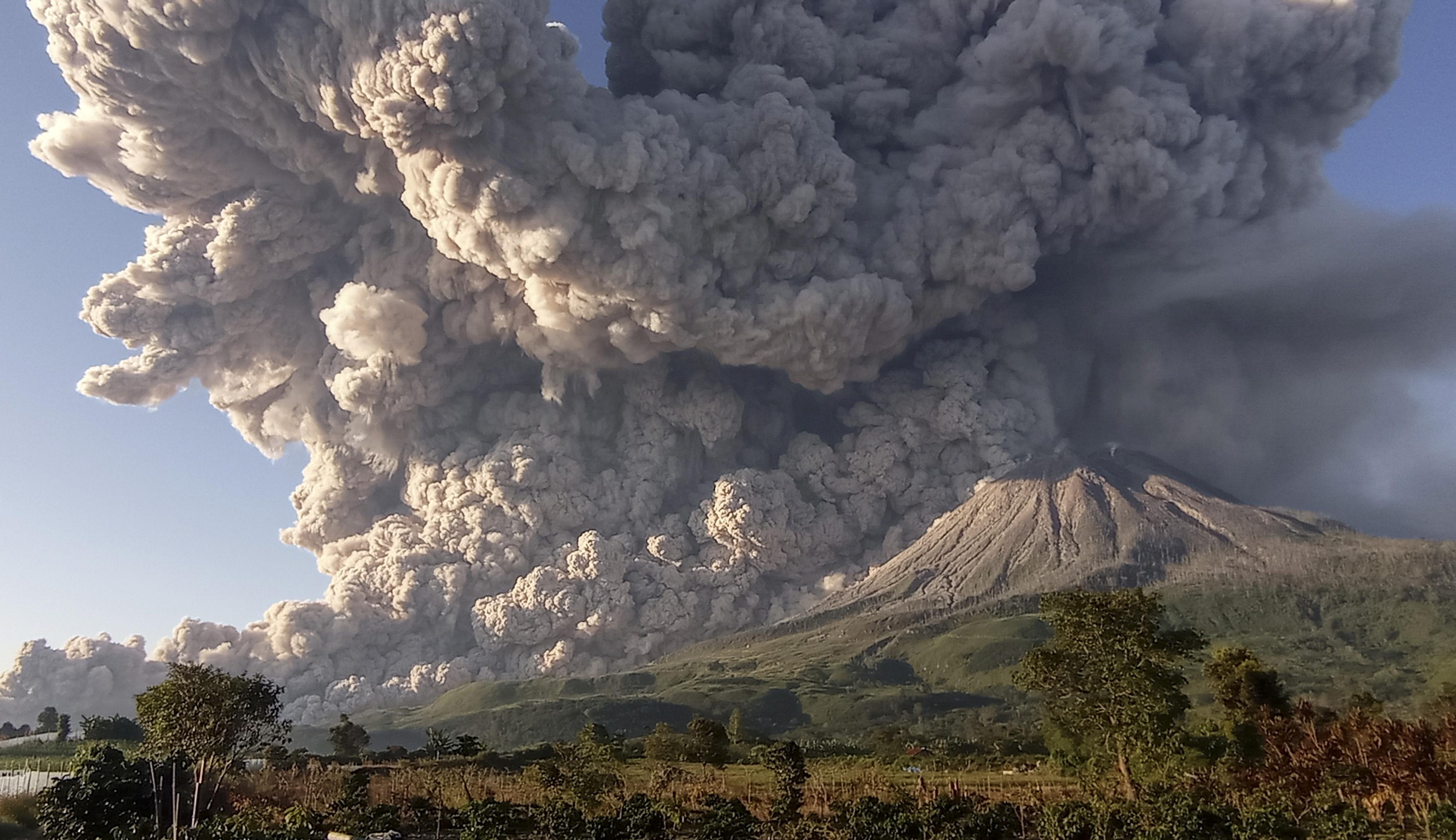 2 марта 2021 года, извержение вулкана Синабунг впровинции Северная Суматра, Индонезия. Облако пыли поднималось навысоту допяти километров. Жителей ближайших деревней эвакуировали, их попросили неприближаться квершине ближе, чем натри километра.