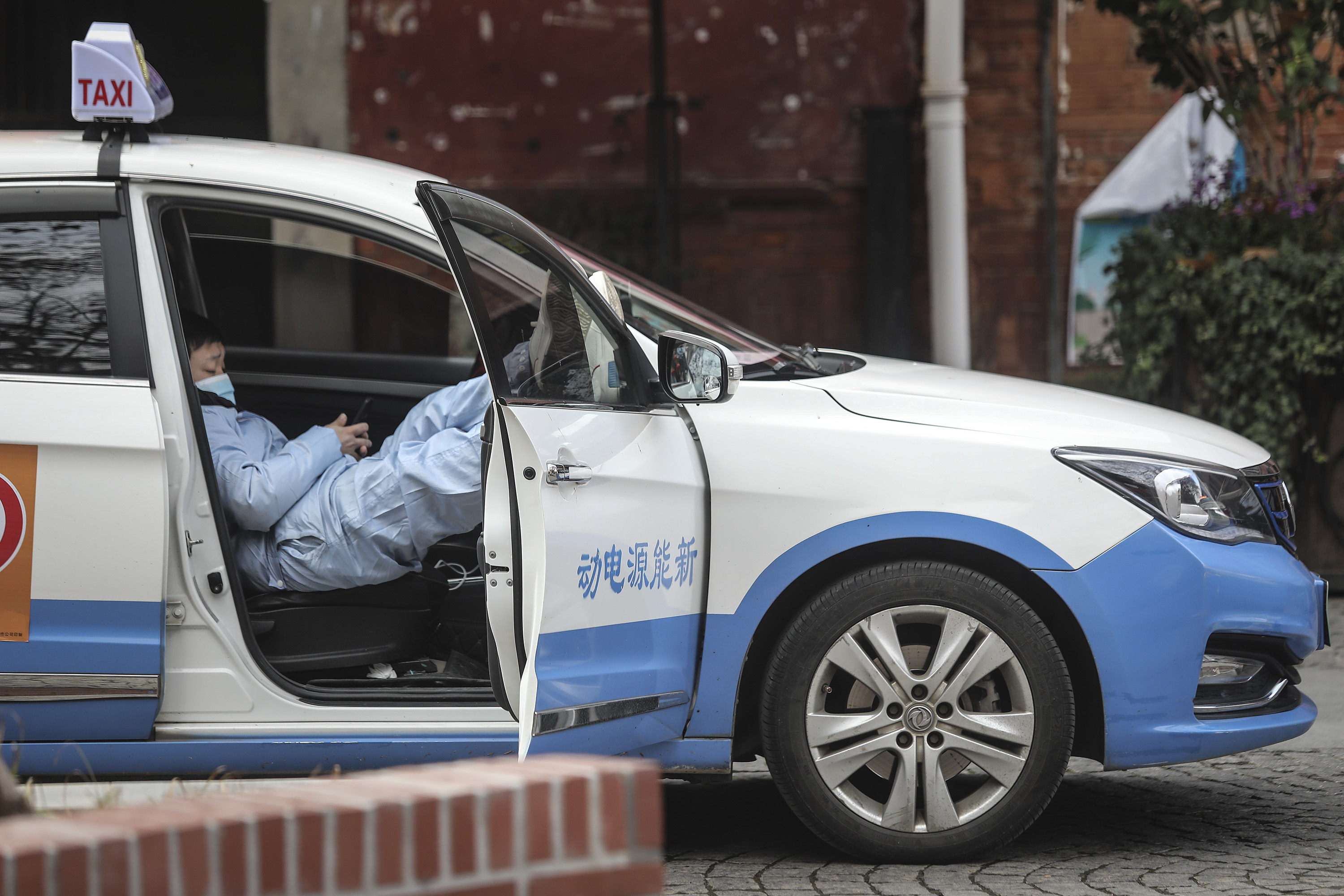 A taxi drivers uses phones in car on February 8, 2020 in Wuhan, Hubei province, China. The number of those who have died from the Wuhan coronavirus, known as 2019-nCoV, in China climbed to 722. (Photo by Getty Images)