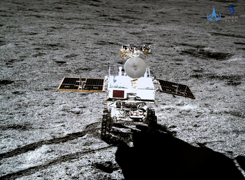 Марсоход Yutu-2, снятый посадочным аппаратом зонда Chang'e-4 наЛуне, 11 января 2019. Вянваре Китай объявил, что миссия аппарата Chang'e-4, который должен был впервые вистории сесть натемную сторону Луны, прошла успешно.