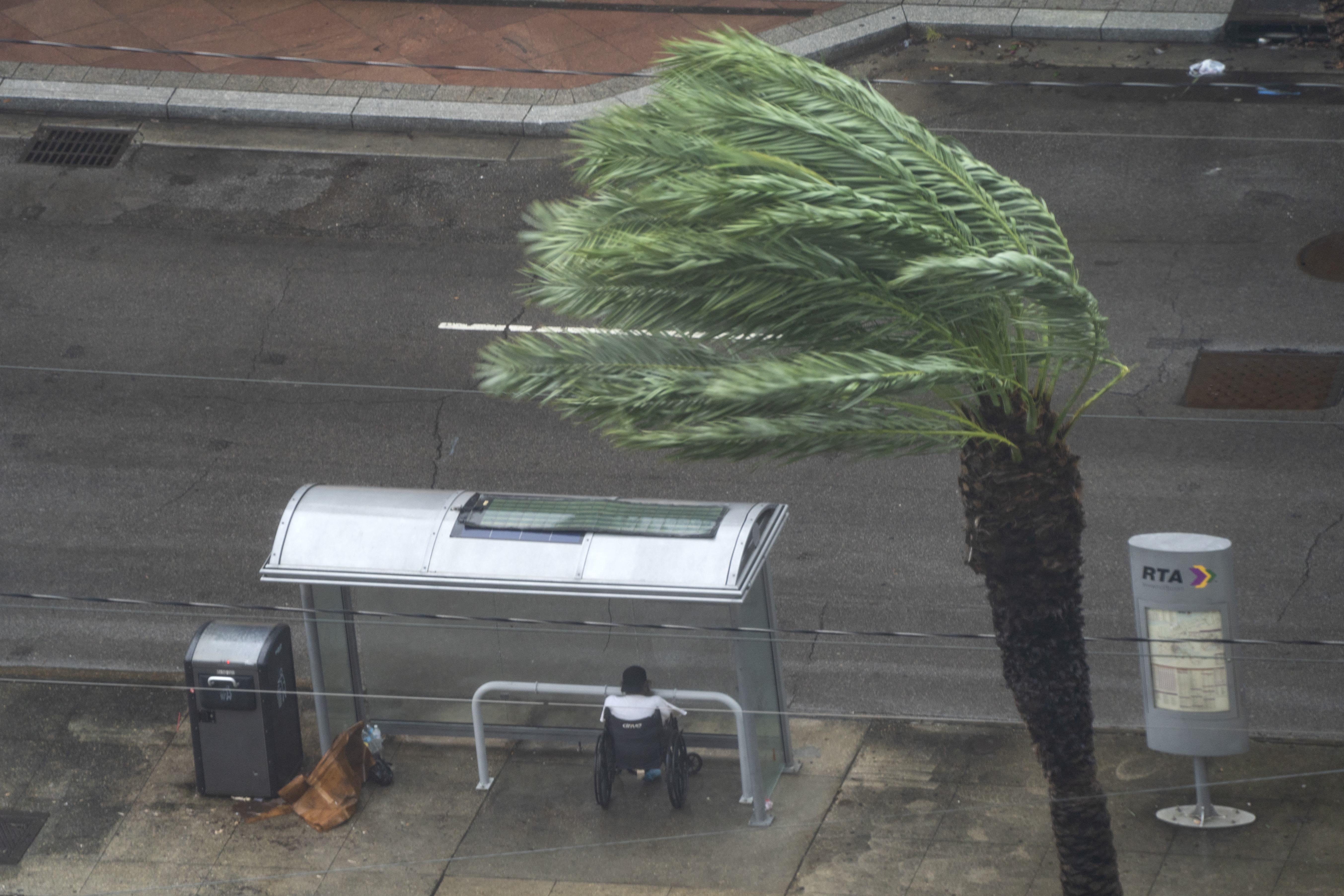 Мужчина прячется наавтобусной остановке наКанал-стрит во время урагана 4-й категории «Ида», 29 августа 2021 года.