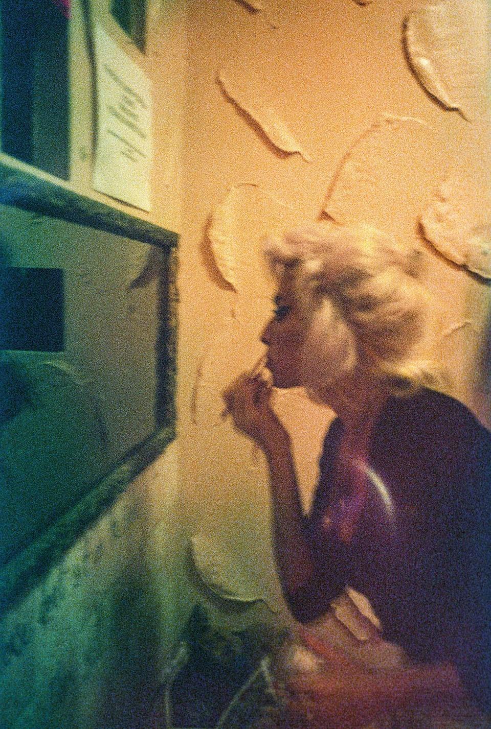 Эми Уайнхаус поправляет макияж впабе George Tavern вЛондоне, 2008 год