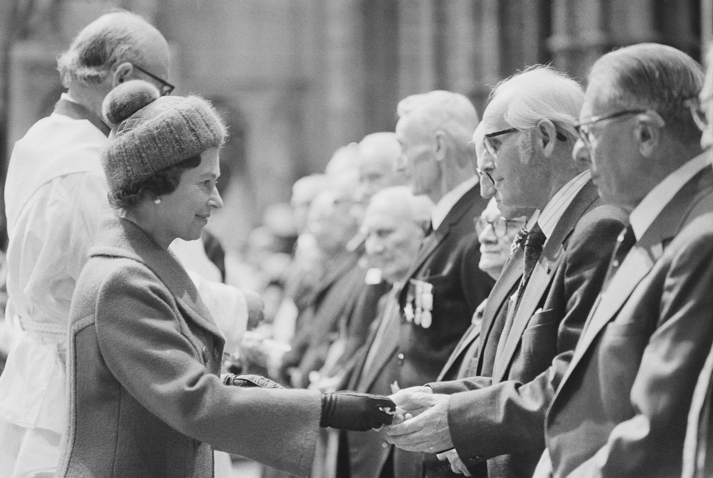 Королева Елизавета II встречается светеранами войны, 1977