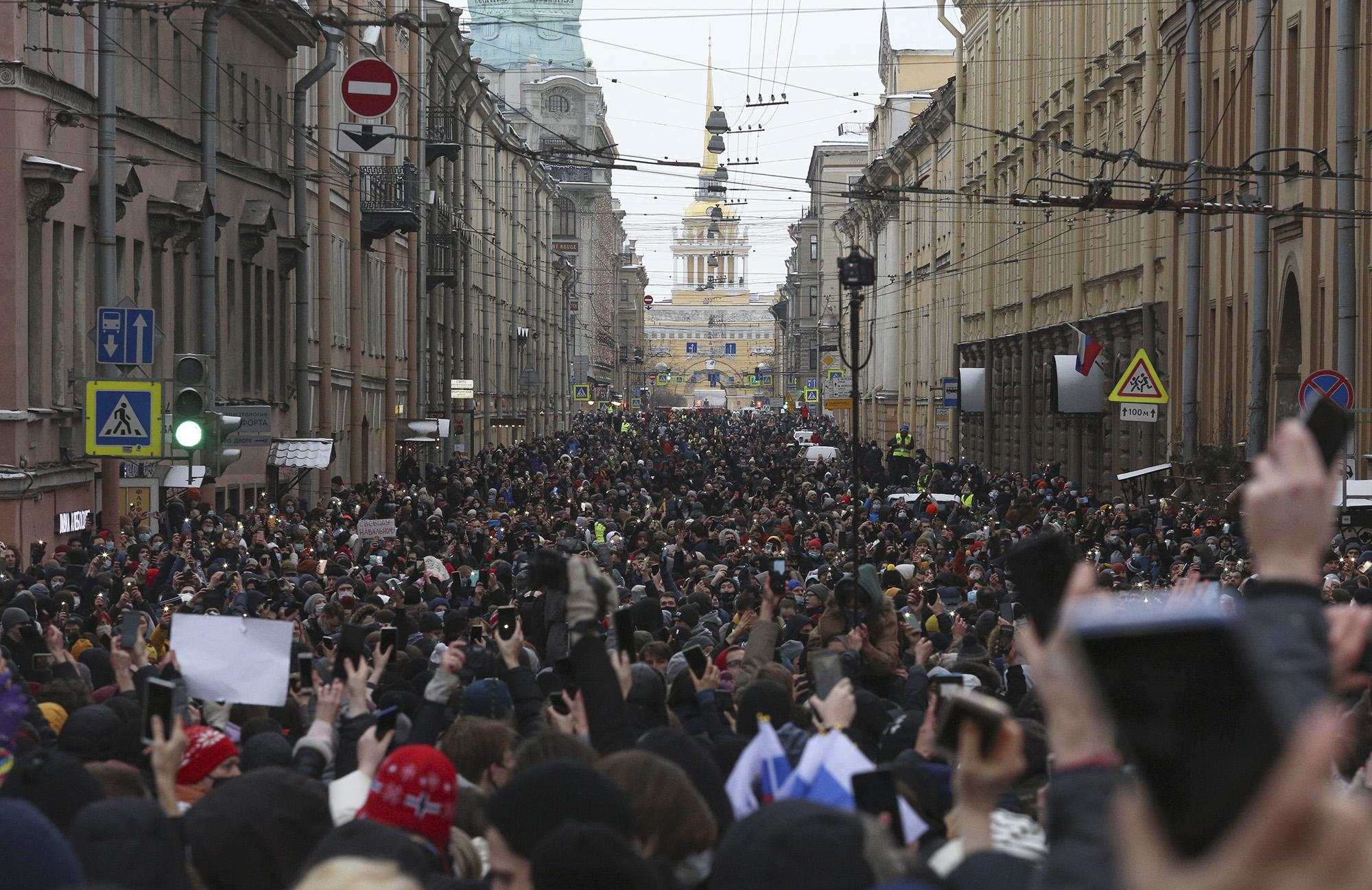 Акция протеста против ареста Алексея Навального вСанкт-Петербурге, Россия, 31 января 2021 года. Тысячи людей вышли наулицы повсей России, более 5000 были задержаны.