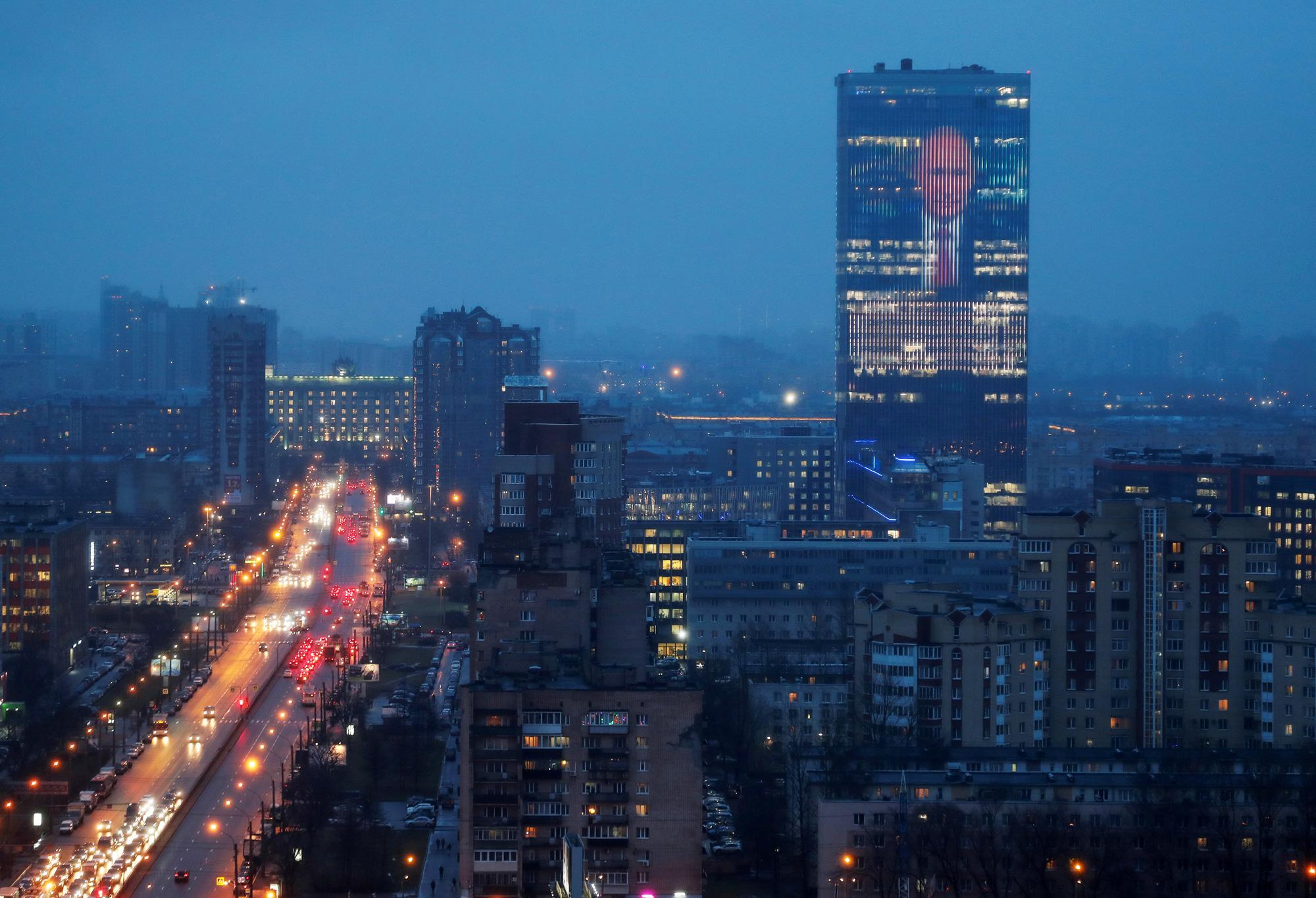 15 января: экран, установленный нафасаде бизнес-центра, показывает изображение президента России Владимира Путина ицитату изего ежегодного обращения кФедеральному Собранию.